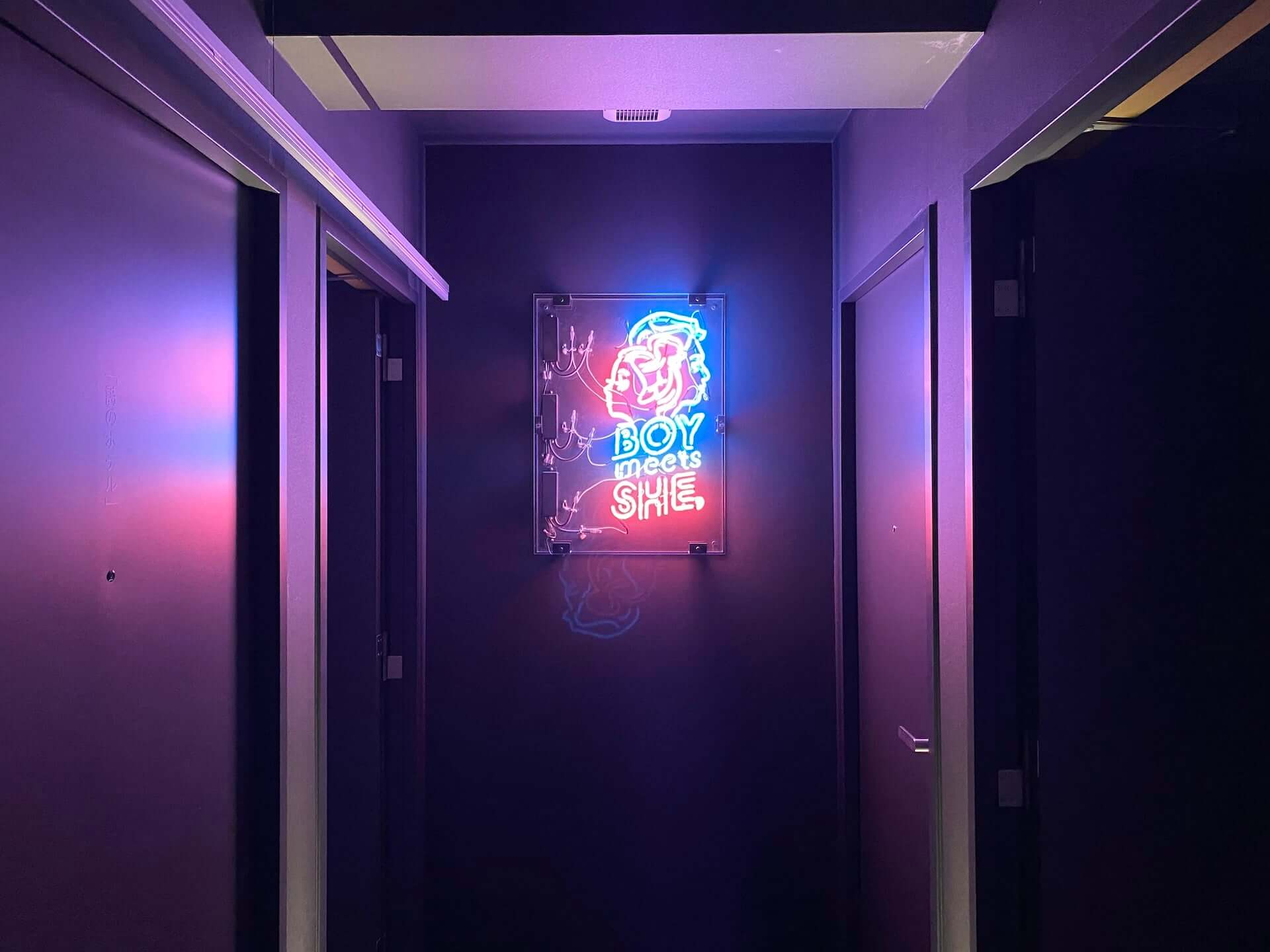 京都の「HOTEL SHE, KYOTO」による参加型サスペンス劇<泊まれる演劇>の初演作が再演決定|夜のホテルを舞台に彷徨う art200601_tomareru_engeki_5-1920x1440