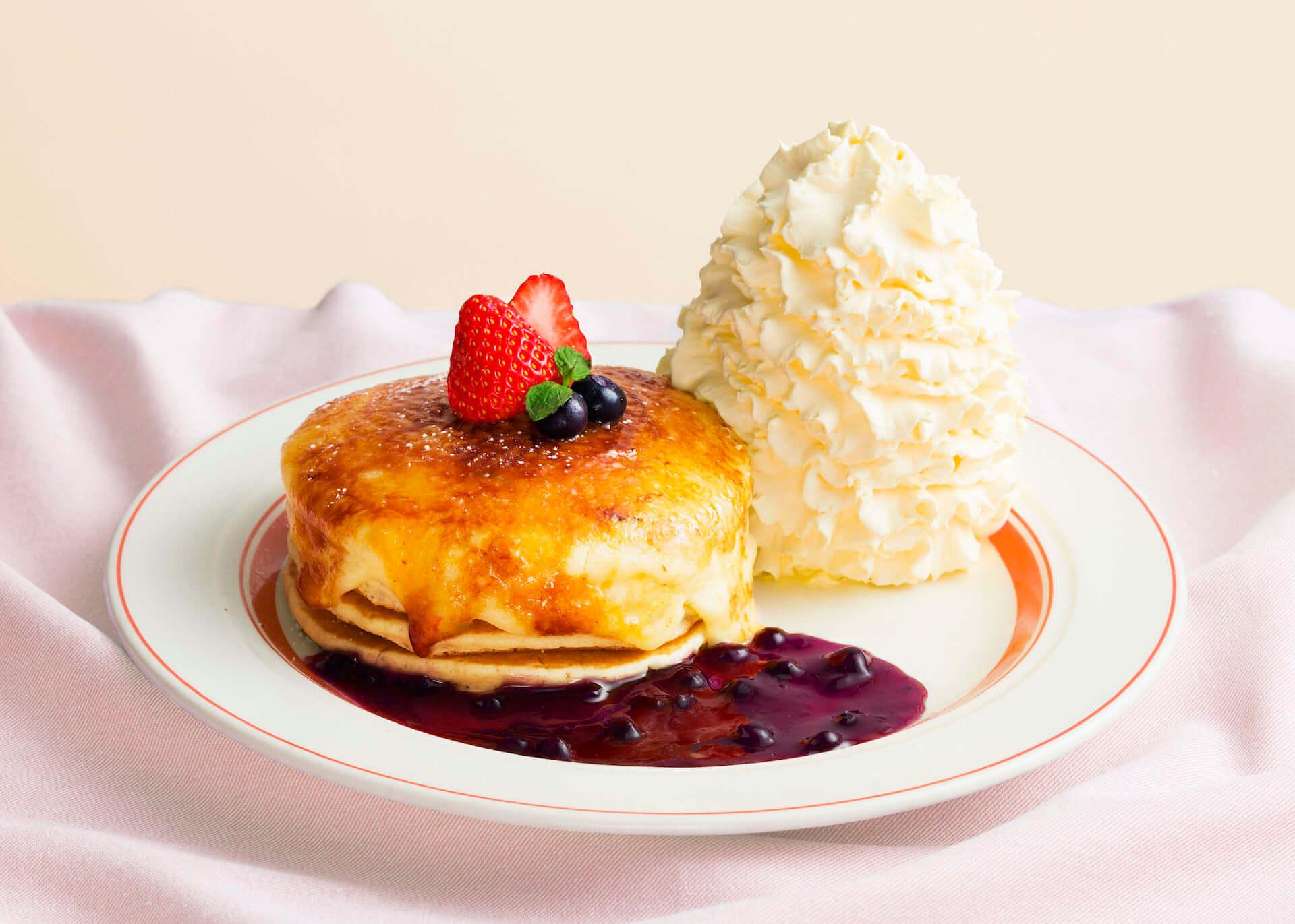 Eggs'n Thingsから、季節限定『クリームチーズのブリュレパンケーキ』『モッツァレラチーズとバジルチキンのホットサンド』が登場! gourmet200604_eggsnthings_01-1920x1371