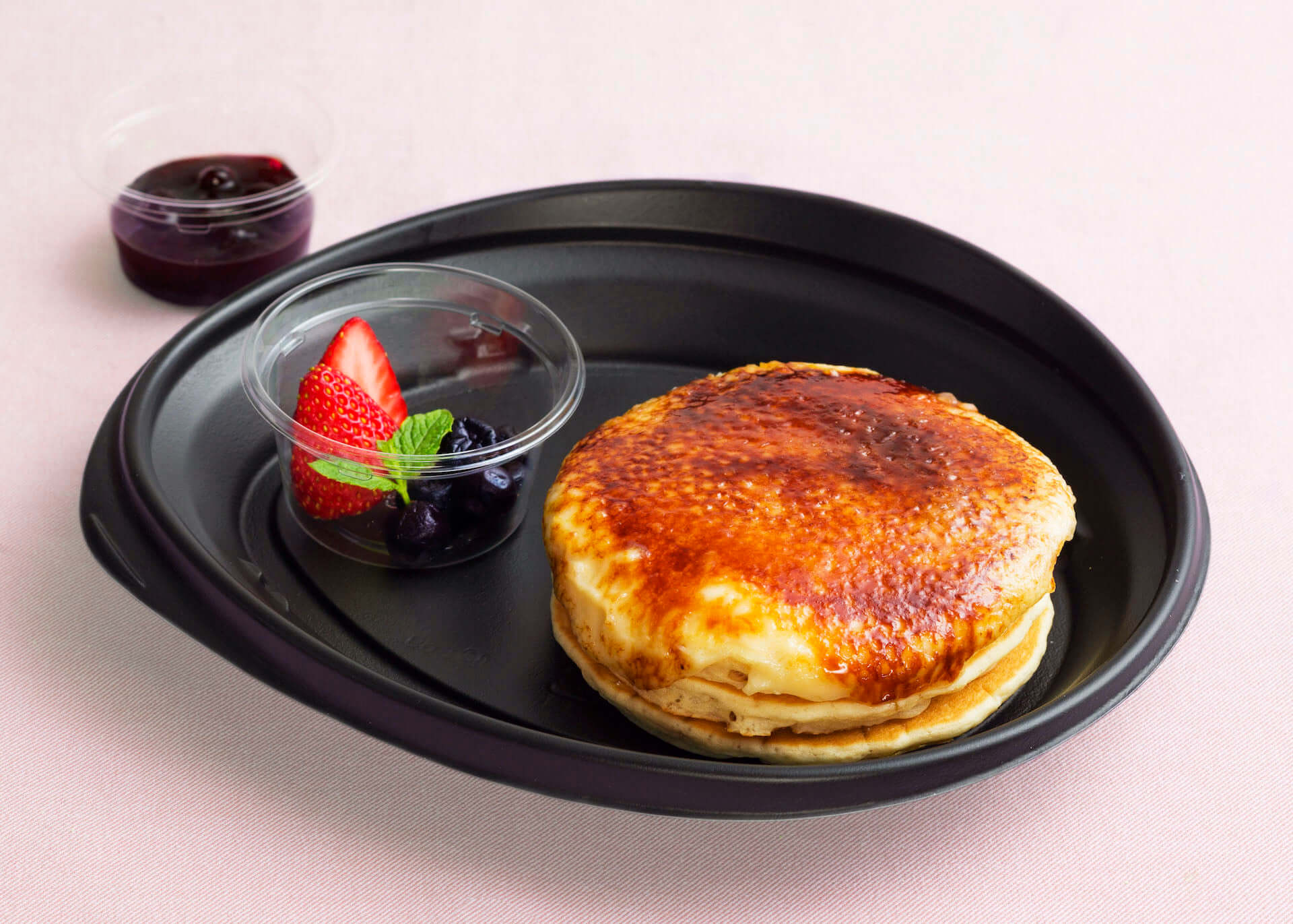 Eggs'n Thingsから、季節限定『クリームチーズのブリュレパンケーキ』『モッツァレラチーズとバジルチキンのホットサンド』が登場! gourmet200604_eggsnthings_02-1920x1371