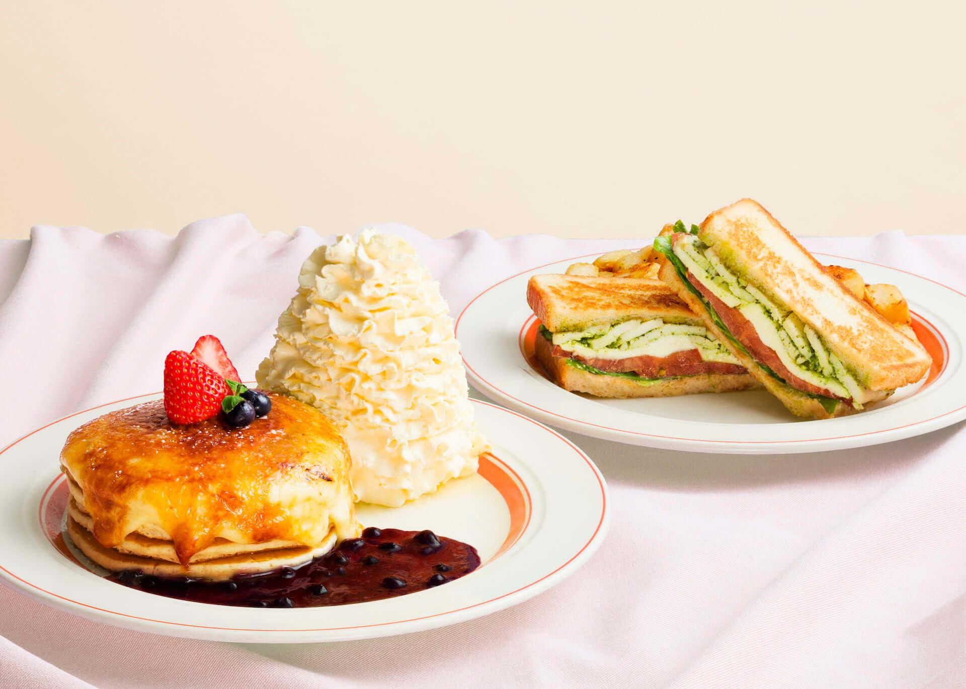Eggs'n Thingsから、季節限定『クリームチーズのブリュレパンケーキ』『モッツァレラチーズとバジルチキンのホットサンド』が登場! gourmet200604_eggsnthings_07-1920x1371