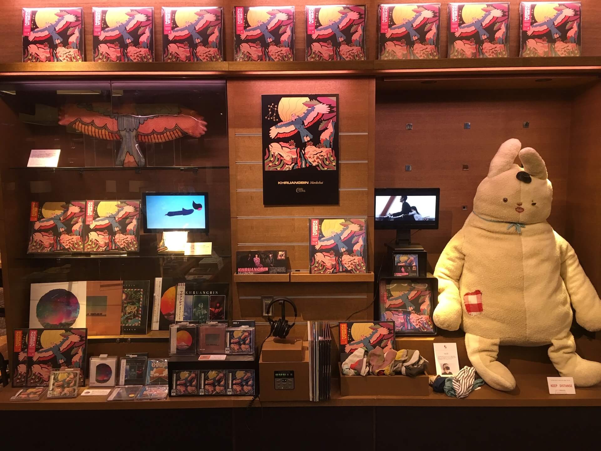 Khruangbinのニューアルバム『MORDECHAI』リリース記念フェアが代官山蔦屋書店にて開催!MVに登場する巨大ぬぐるみ展示も art200629_khruangbin_tsutayadaikanyama_4