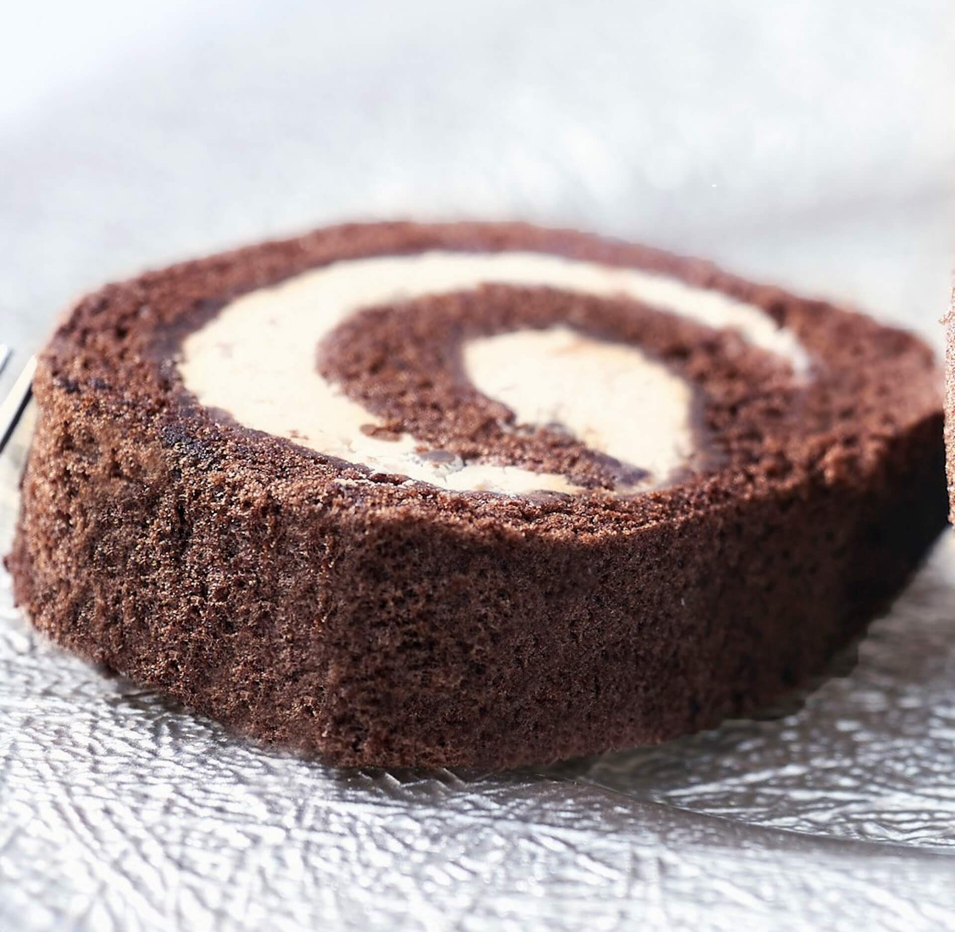 チョコアイスのような食感も楽しめるカファレルの『ジャンドゥーヤロールケーキ』がオンラインで期間・数量限定で登場! gourmet200624_caffarel_rollcake_04