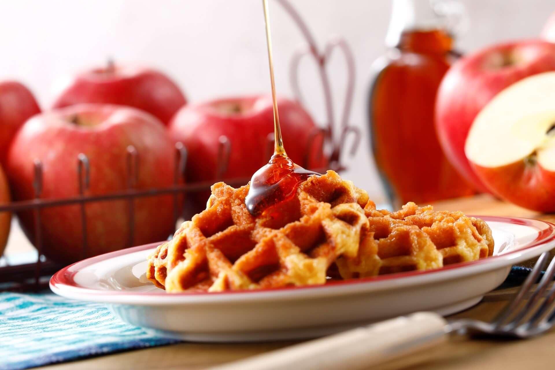 りんご×メープルワッフルの新食感に注目!新宿「メープルダイナー バイ ザ・メープルマニア」に新商品『メープルワッフル アップル』が登場 gourmet200727_the-maplemania_6-1920x1280