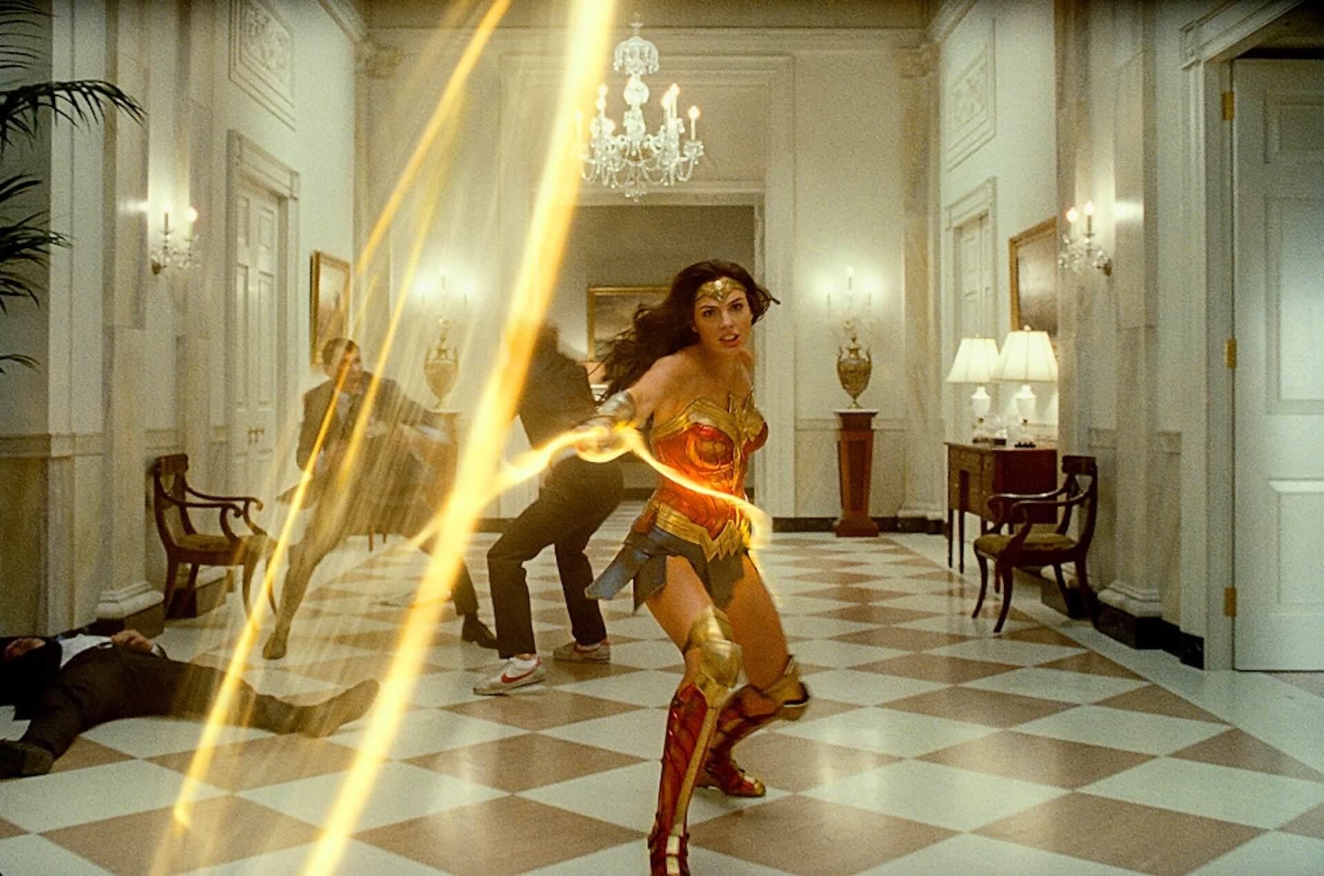 『ワンダーウーマン 1984』主演ガル・ガドットがゴールドアーマー姿の華麗なアクションで魅せる!2枚の激アツ場面写真が解禁 film200804_wonderwoman1984_1