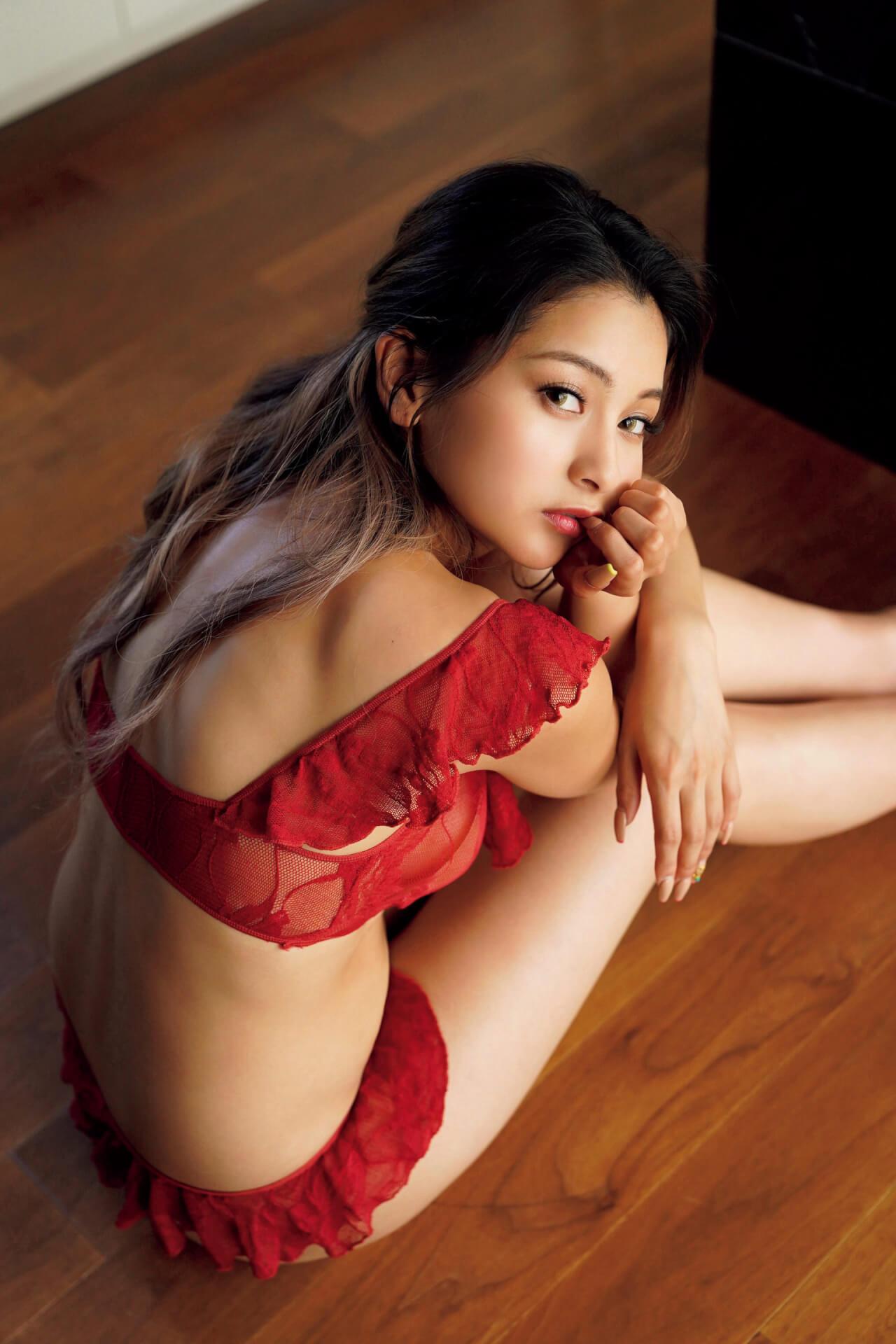 永尾まりやが女子旅でセクシーなランジェリー姿を披露!本日発売の『FLASH』表紙には『あな番』で大ブレイクの奈緒も art200908_flash_8