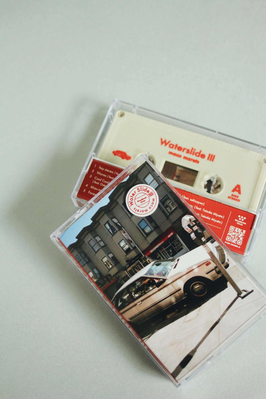 "maco maretsがOsteoleuco、TOSHIKI HAYASHI(%C)を迎えた楽曲""Cool Cool Cool""のMVを公開!新アルバム『Waterslide III』のカセットテープ版も発売 music201026_maco-marets_1-1920x2880"