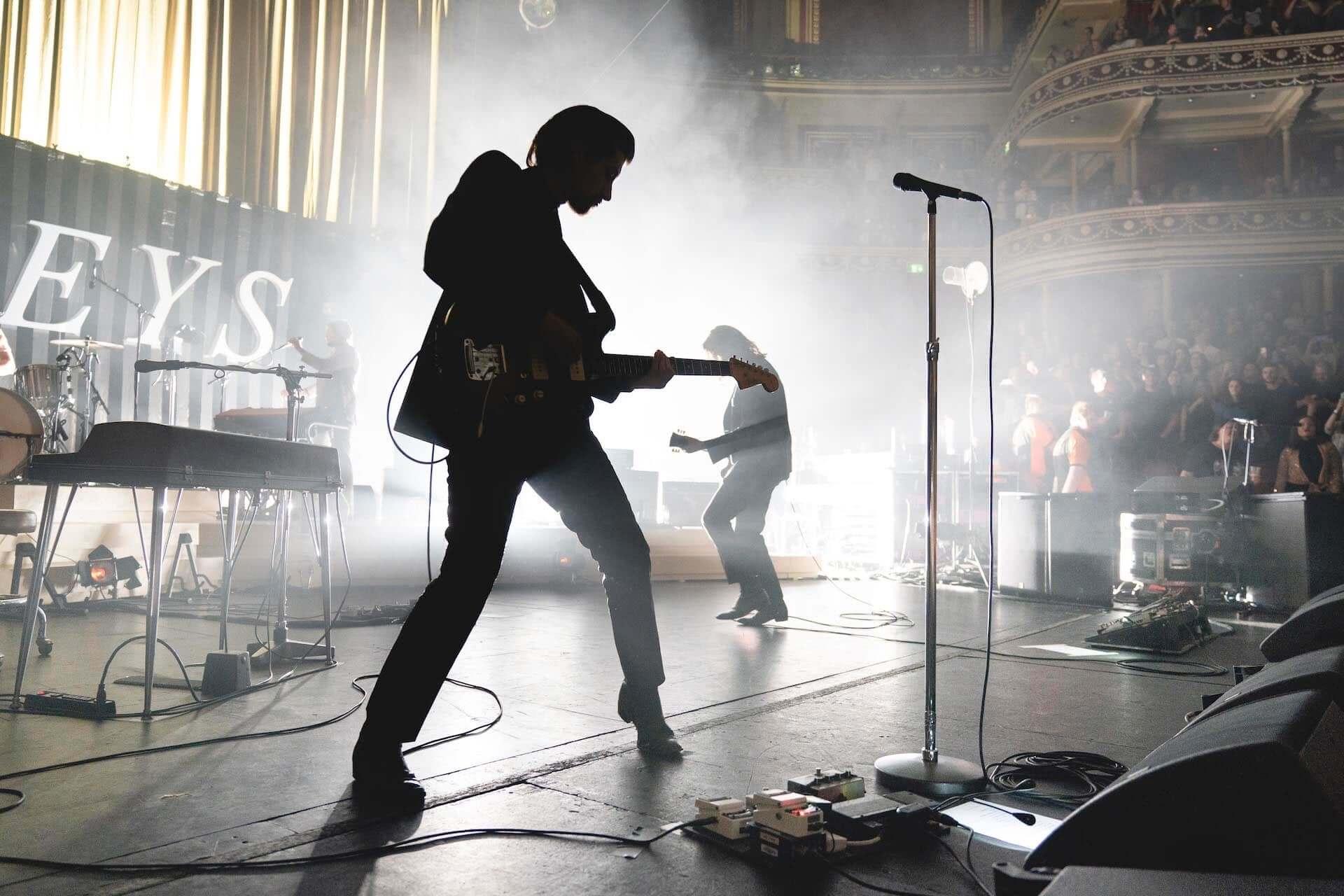 Arctic Monkeysが20曲入りのライブアルバム『Live At The Royal Albert Hall』をリリース決定!収益は全て慈善団体「War Child UK」に寄付 music201030_arctic-monkeys_3-1920x1280