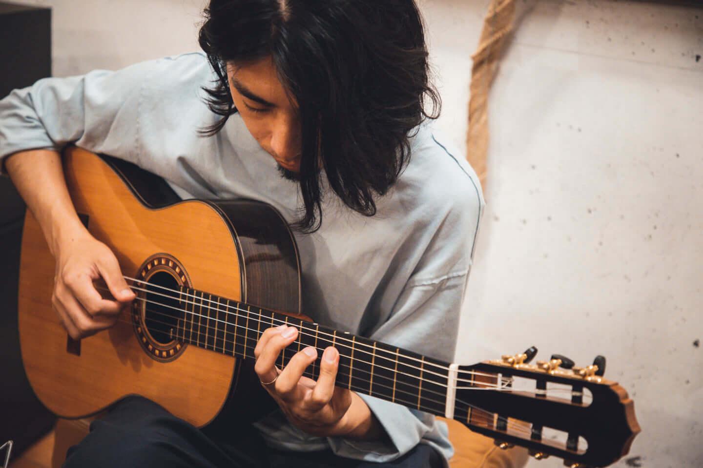 """ギターの""""鳴り""""は材質で決まる。ギタリスト・関口シンゴ(Ovall)が魅了された吉野スギのギター。 interview201006_shingo_sekiguchi_yoshino_2642-1440x960"""