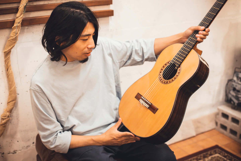 """ギターの""""鳴り""""は材質で決まる。ギタリスト・関口シンゴ(Ovall)が魅了された吉野スギのギター。 interview201006_shingo_sekiguchi_yoshino_2690-1440x960"""
