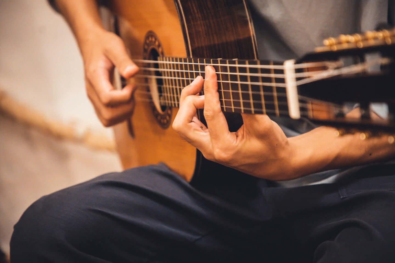 """ギターの""""鳴り""""は材質で決まる。ギタリスト・関口シンゴ(Ovall)が魅了された吉野スギのギター。 interview201006_shingo_sekiguchi_yoshino_2782-1440x960"""
