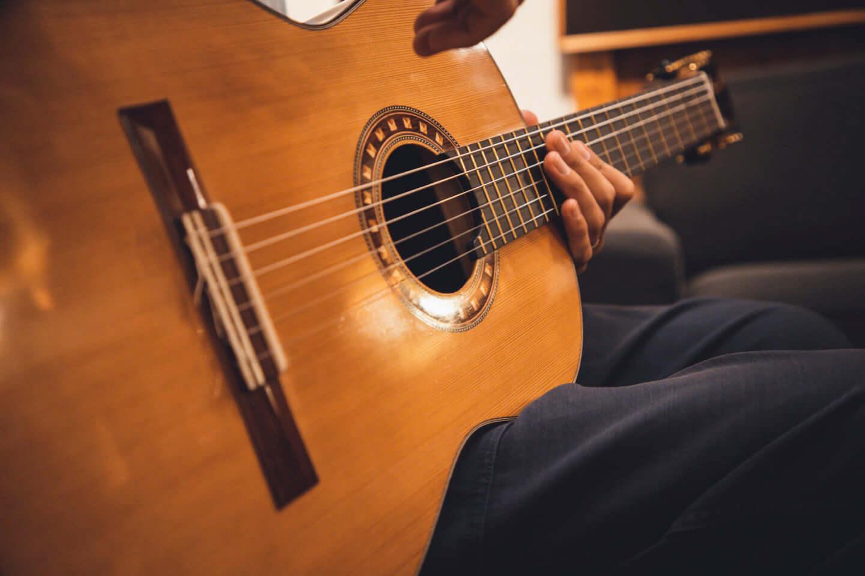 """ギターの""""鳴り""""は材質で決まる。ギタリスト・関口シンゴ(Ovall)が魅了された吉野スギのギター。 interview201006_shingo_sekiguchi_yoshino_2936-1440x960"""