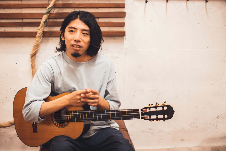 """ギターの""""鳴り""""は材質で決まる。ギタリスト・関口シンゴ(Ovall)が魅了された吉野スギのギター。 interview201006_shingo_sekiguchi_yoshino_3005-1440x960"""
