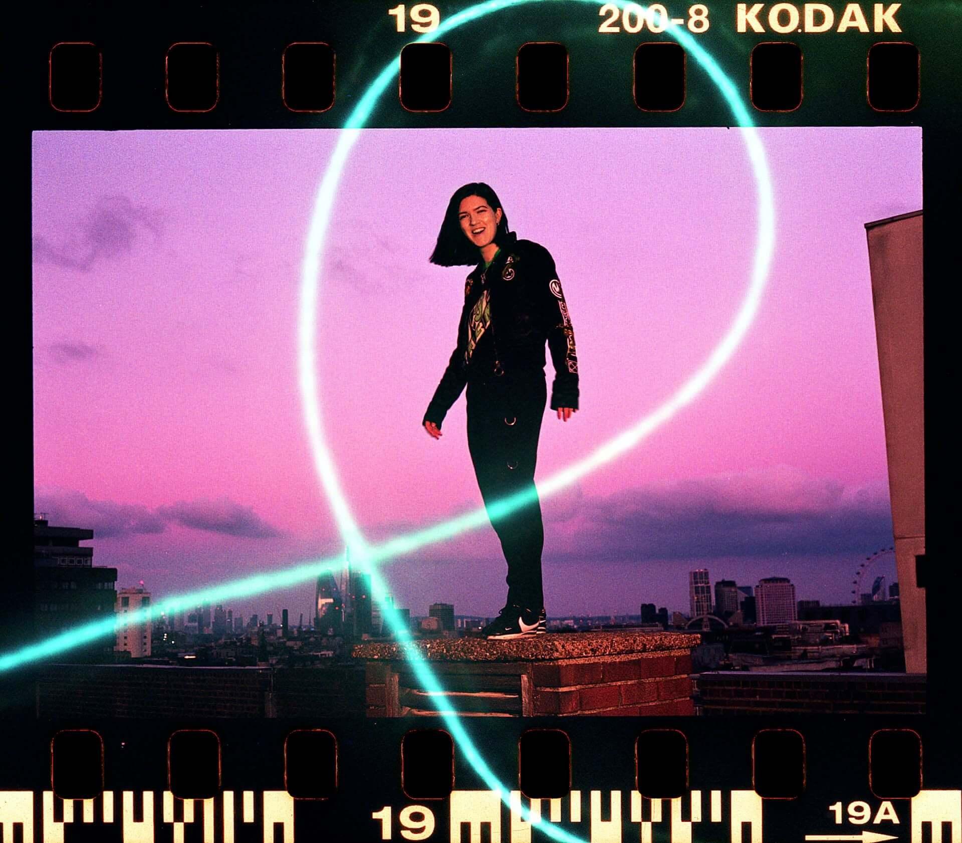 "The xx・Romyのソロデビュー曲""Lifetime""をPlanningtorockがリミックス!音源と2人のコメントが公開 music201118_romy_1-1920x1682"