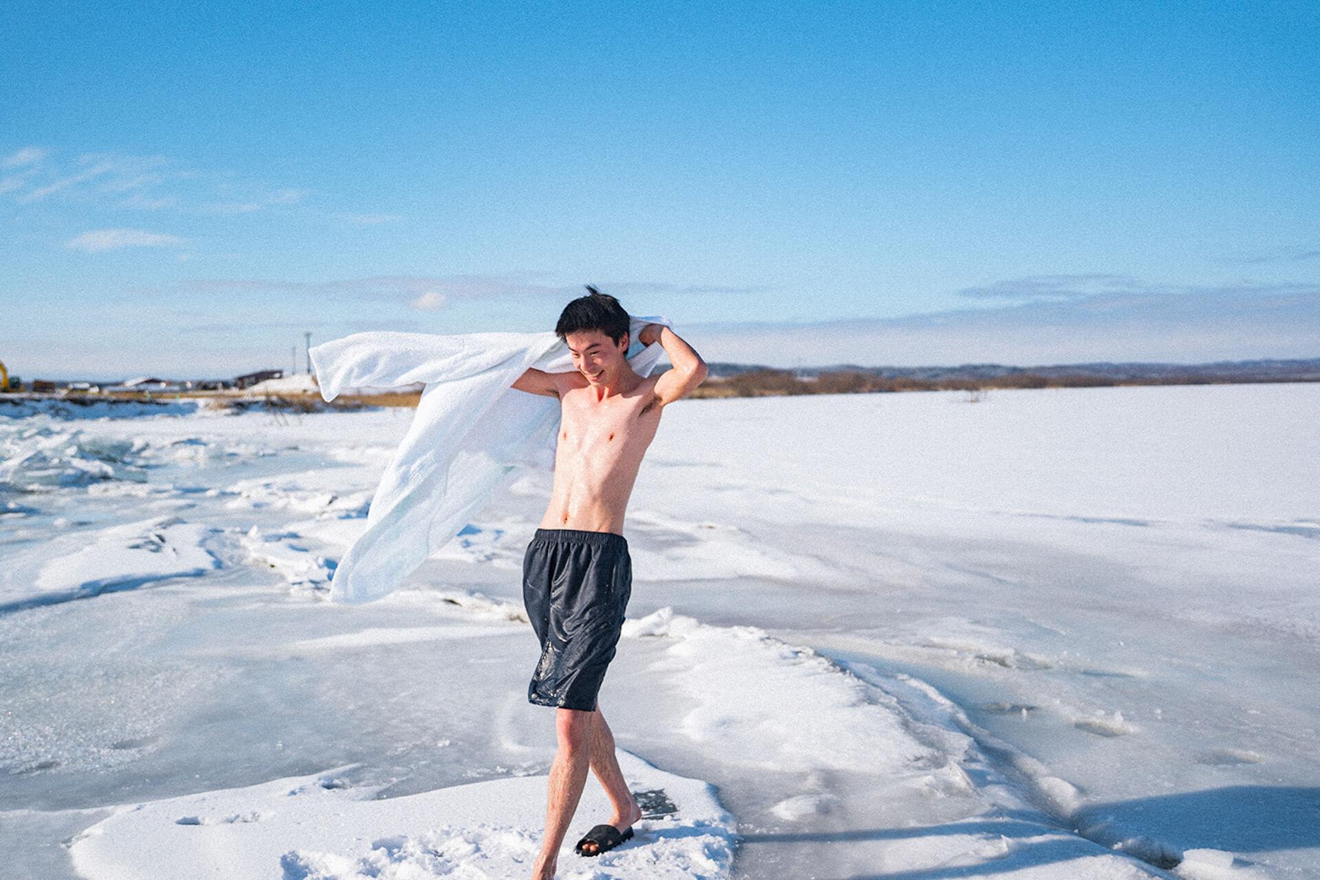 凍った川にできた天然の水風呂でととのおう!アウトドアサウナアクティビティ『十勝アヴァント』の予約受付がスタート life201124_avanto_4
