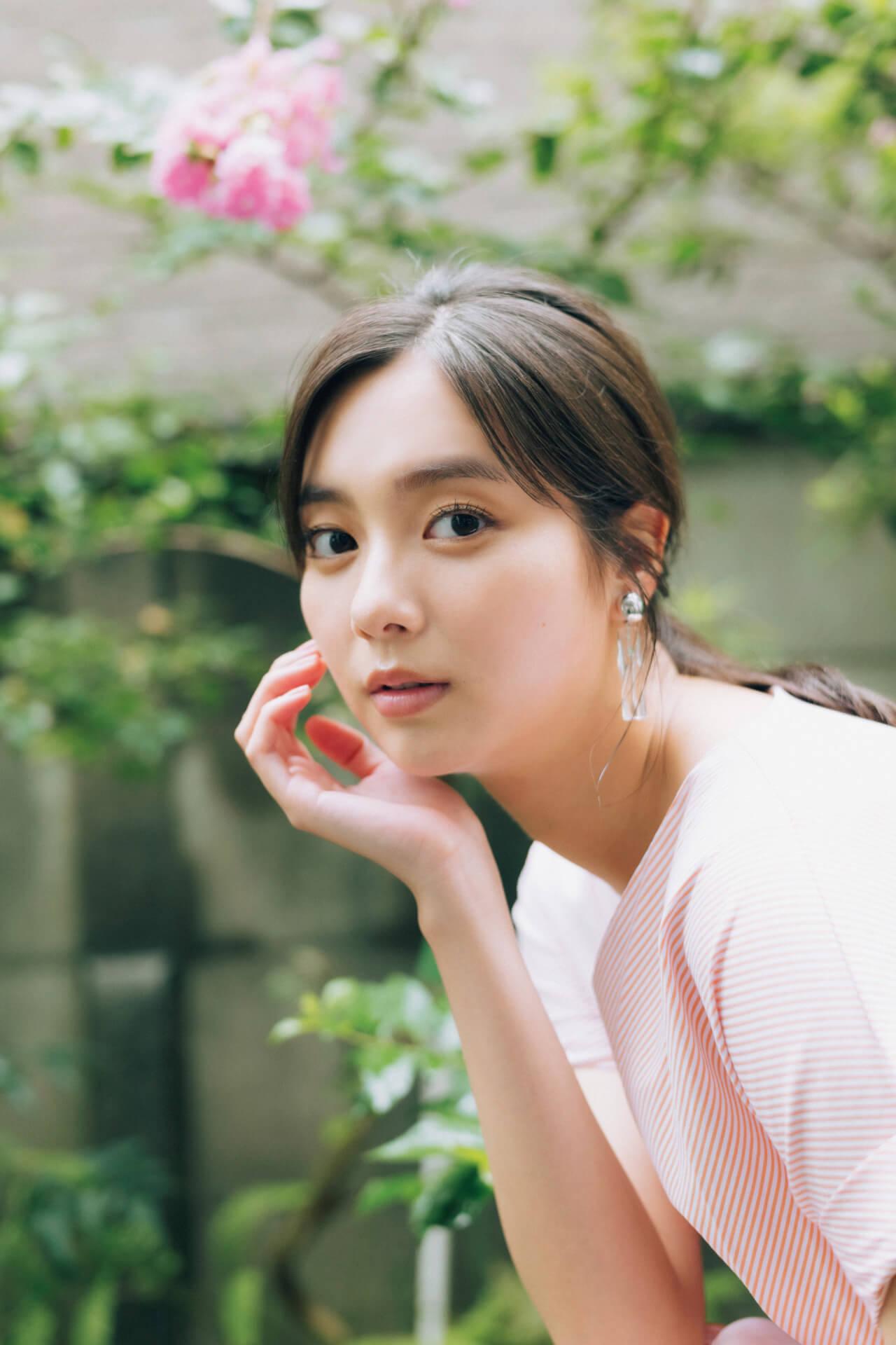 今週号『FLASH』にはアダルトなセクシーさで魅了する大石絵理の女子旅グラビアがたっぷり収録!表紙には新川優愛が登場 art201201_flash_1