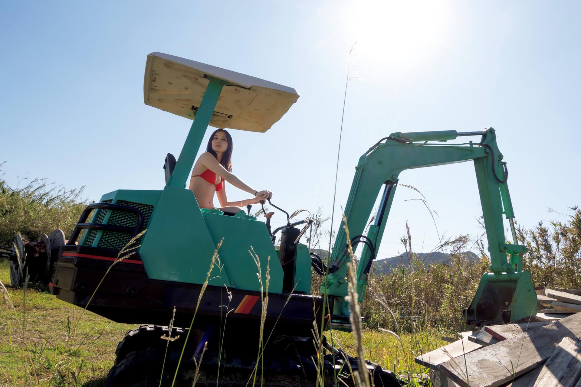 今週号『FLASH』にはアダルトなセクシーさで魅了する大石絵理の女子旅グラビアがたっぷり収録!表紙には新川優愛が登場 art201201_flash_4