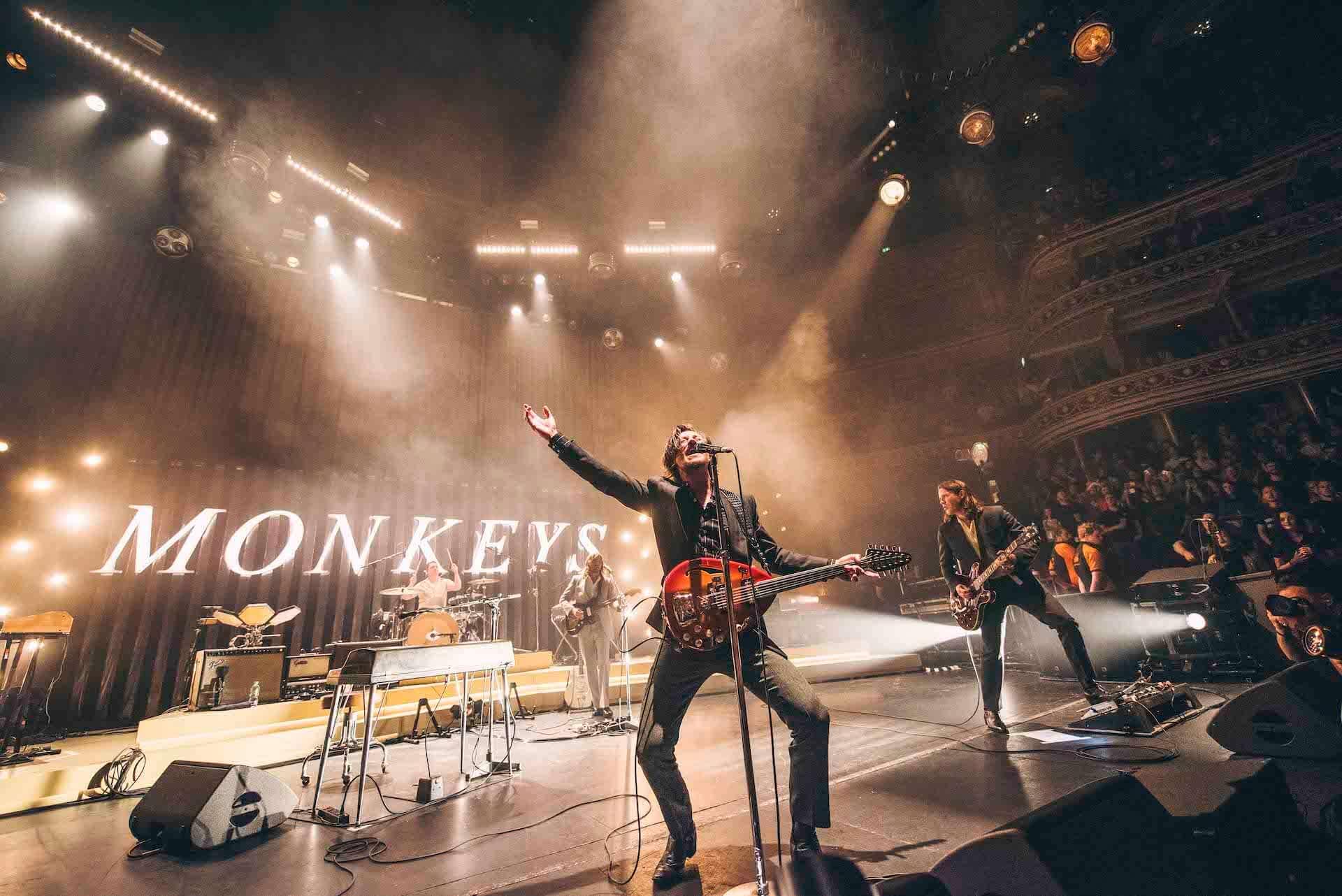 """Arctic Monkeysの最新ライブアルバム『Live At The Royal Albert Hall』より""""Arabella""""のライブ映像が公開!舞台裏の様子も収録 music201203_arctic-monkeys_3-1920x1282"""