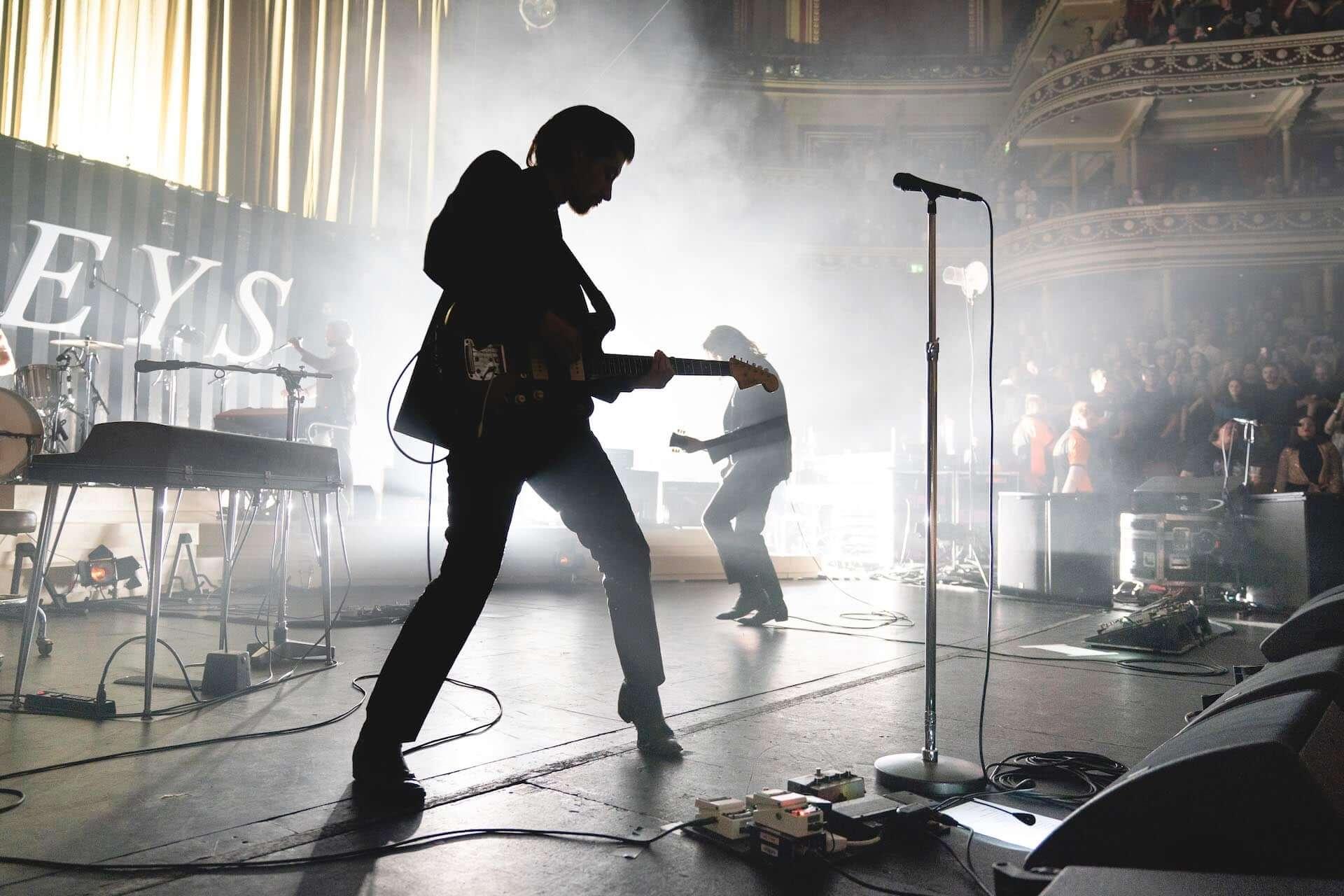 """Arctic Monkeysの最新ライブアルバム『Live At The Royal Albert Hall』より""""Arabella""""のライブ映像が公開!舞台裏の様子も収録 music201203_arctic-monkeys_5-1920x1280"""
