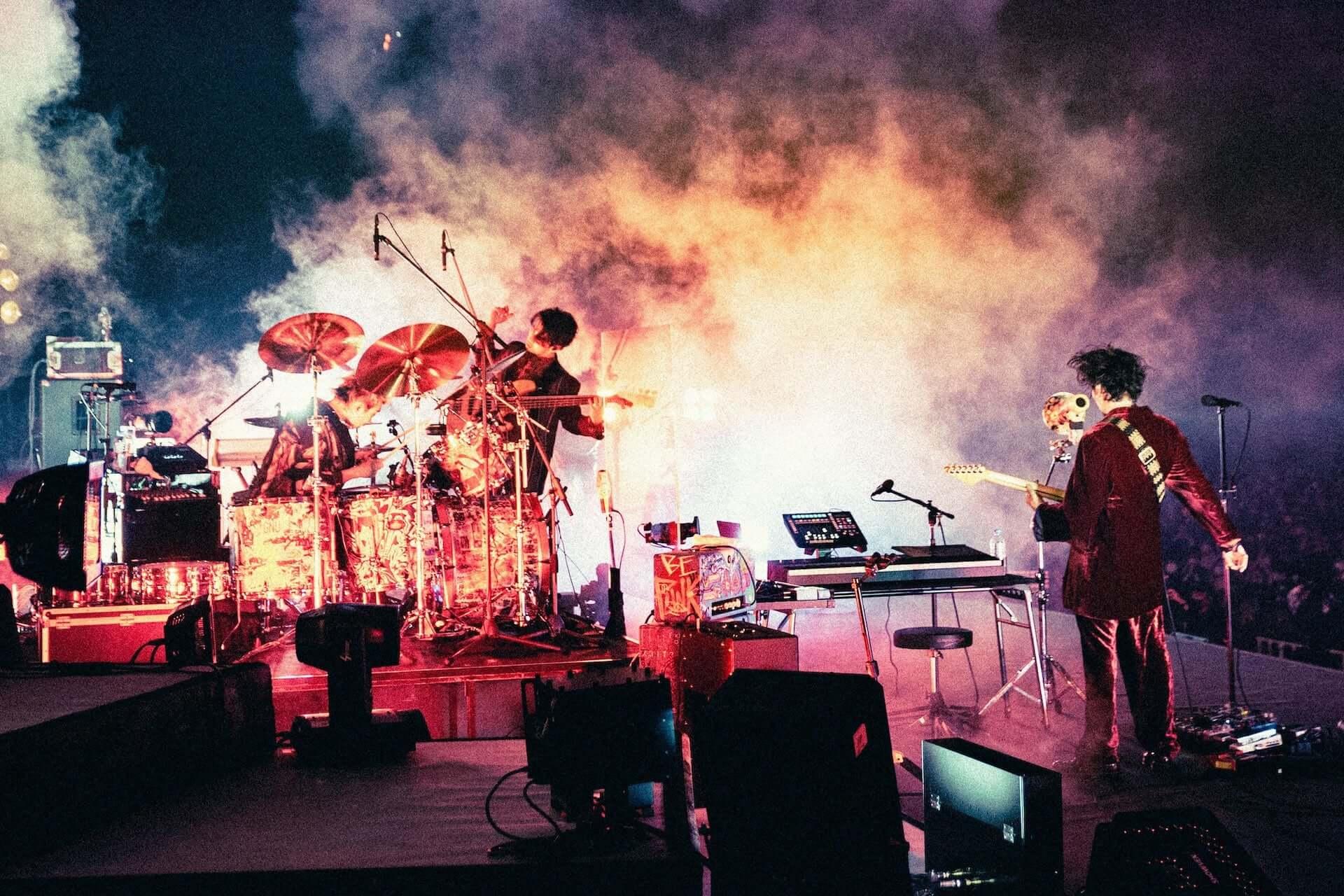 """King Gnu初のアリーナツアー、幕張メッセでは新曲""""千両役者""""も披露!ファイナル公演のライブレポートが到着 music201207_kinggnu_5-1920x1280"""