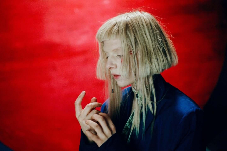 ビリー・アイリッシュも魅了するノルウェー出身SSW・AURORAが伝えたい魔法のように美しい愛とは interview201201_aurora_02-1440x956