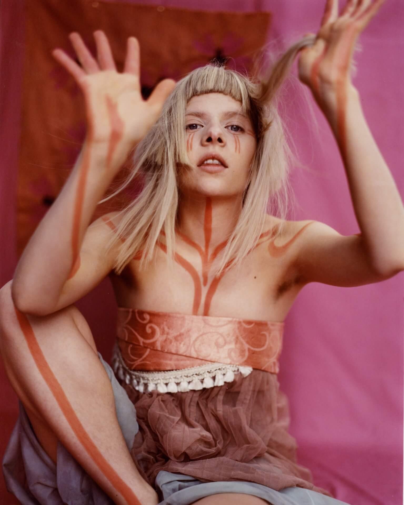 ビリー・アイリッシュも魅了するノルウェー出身SSW・AURORAが伝えたい魔法のように美しい愛とは interview201201_aurora_05