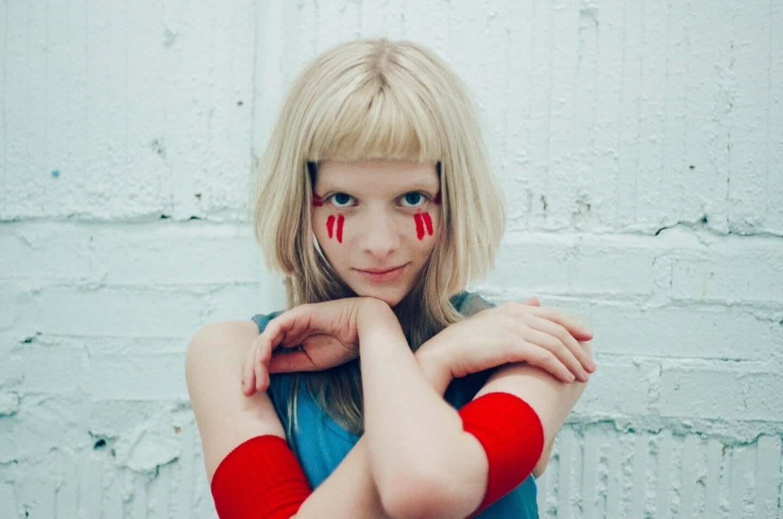 ビリー・アイリッシュも魅了するノルウェー出身SSW・AURORAが伝えたい魔法のように美しい愛とは interview201201_aurora_07-1440x955