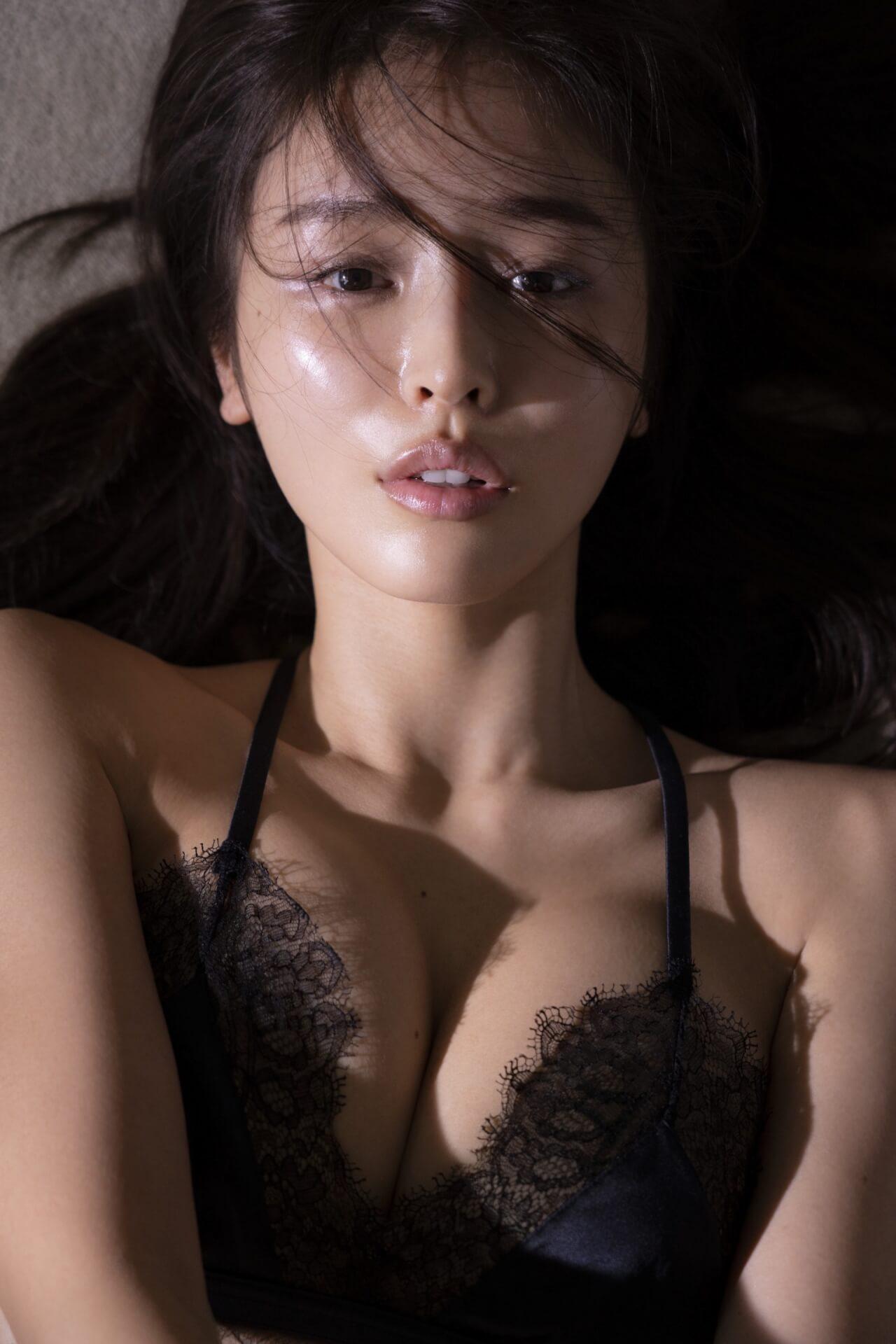 大胆下乳ショットも解禁した加治ひとみのフォトブック『かぢボディ。』が4週連続オリコン美容・ダイエットランキングでTOP10入り! art210112_kajihitomi_2
