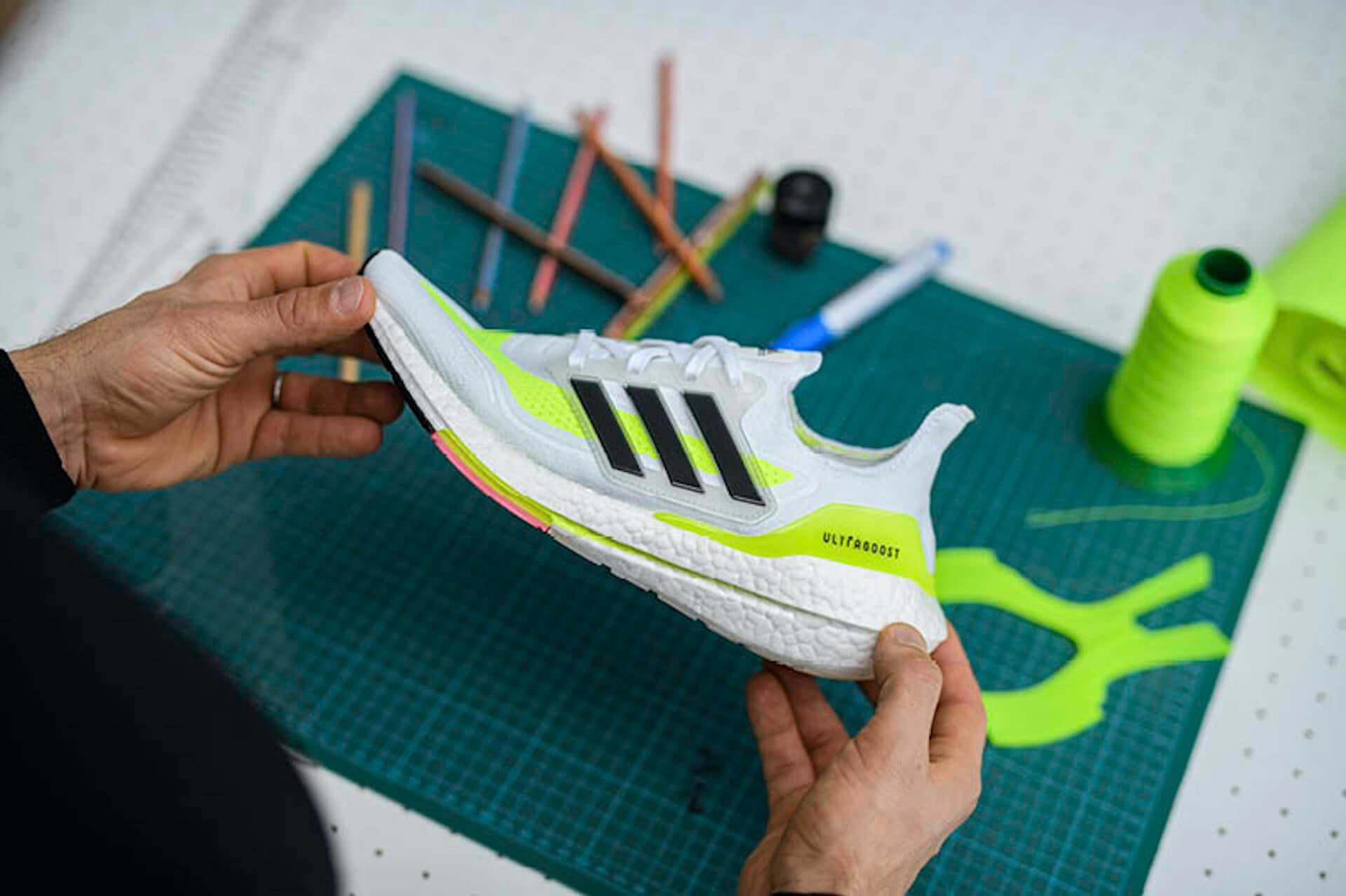 アディダスを象徴するプレミアムランニングシューズが進化!軽量性・クッショニングに優れた最新モデル『Ultraboost 21』が登場 lf210115_adidas_6-1920x1279