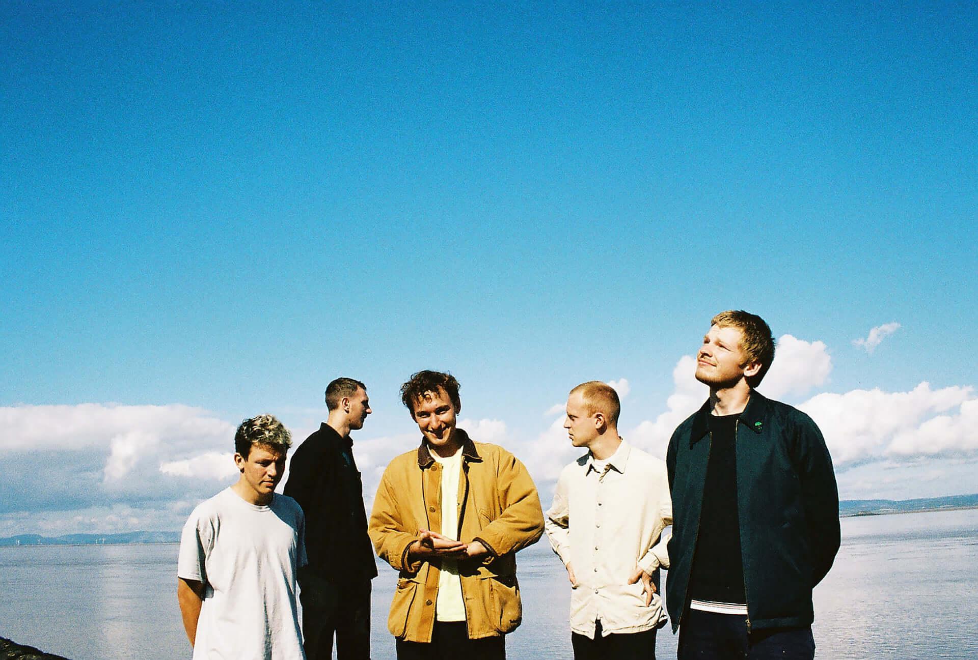 """次世代UKロックシーンの注目バンド・Squidがデビューアルバム『Bright Green Field』をリリース決定!収録曲""""Narrator""""MVが解禁 music210128_squid_4-1920x1297"""