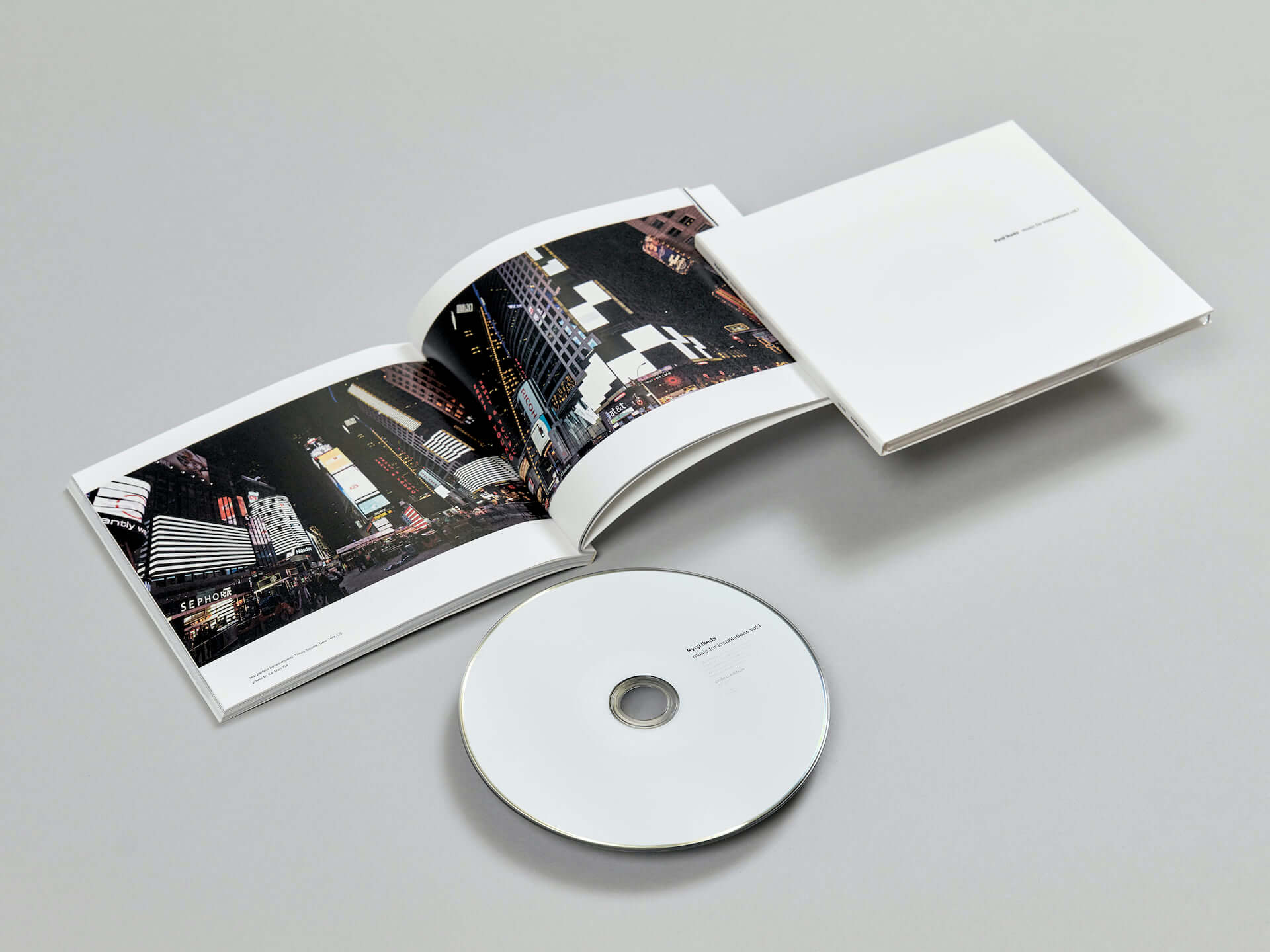 池田亮司の新作『music for installations vol.1』が999部限定で発売決定!オーディオビジュアルインスタレーションの音源を多数収録 music210316_ryoji-ikeda_1-1920x1440