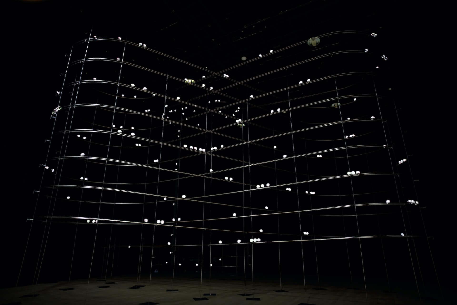 ライゾマティクス初の大規模個展<ライゾマティクス_マルティプレックス>が東京都現代美術館で明日開幕!新作インスタレーションなど多数展示 art210319_rhizomatiks_3-1920x1280