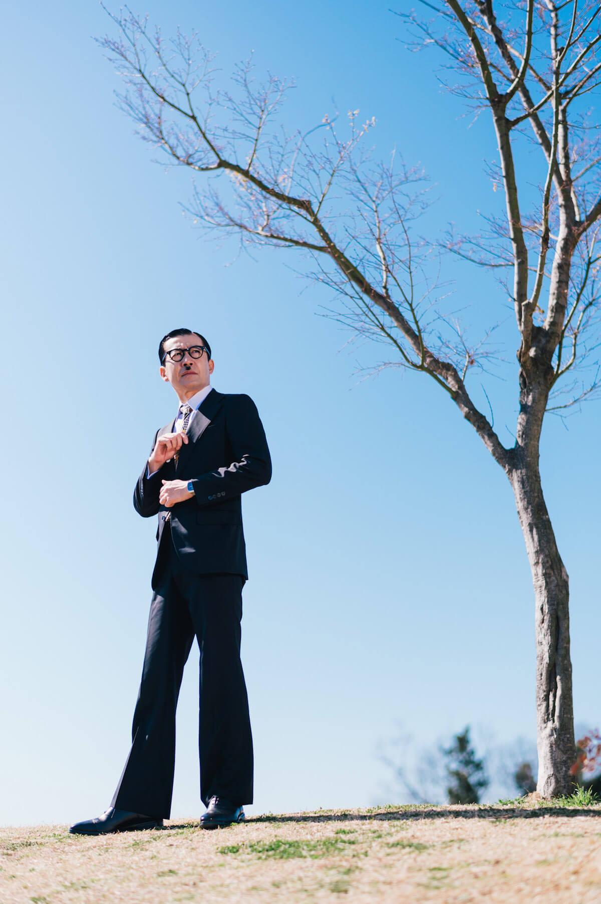 """スーツが私服の""""昭和芸人""""岩井ジョニ男が「走れるビジネスシューズ」で実際に走ってみた in200331_door_iwai4"""