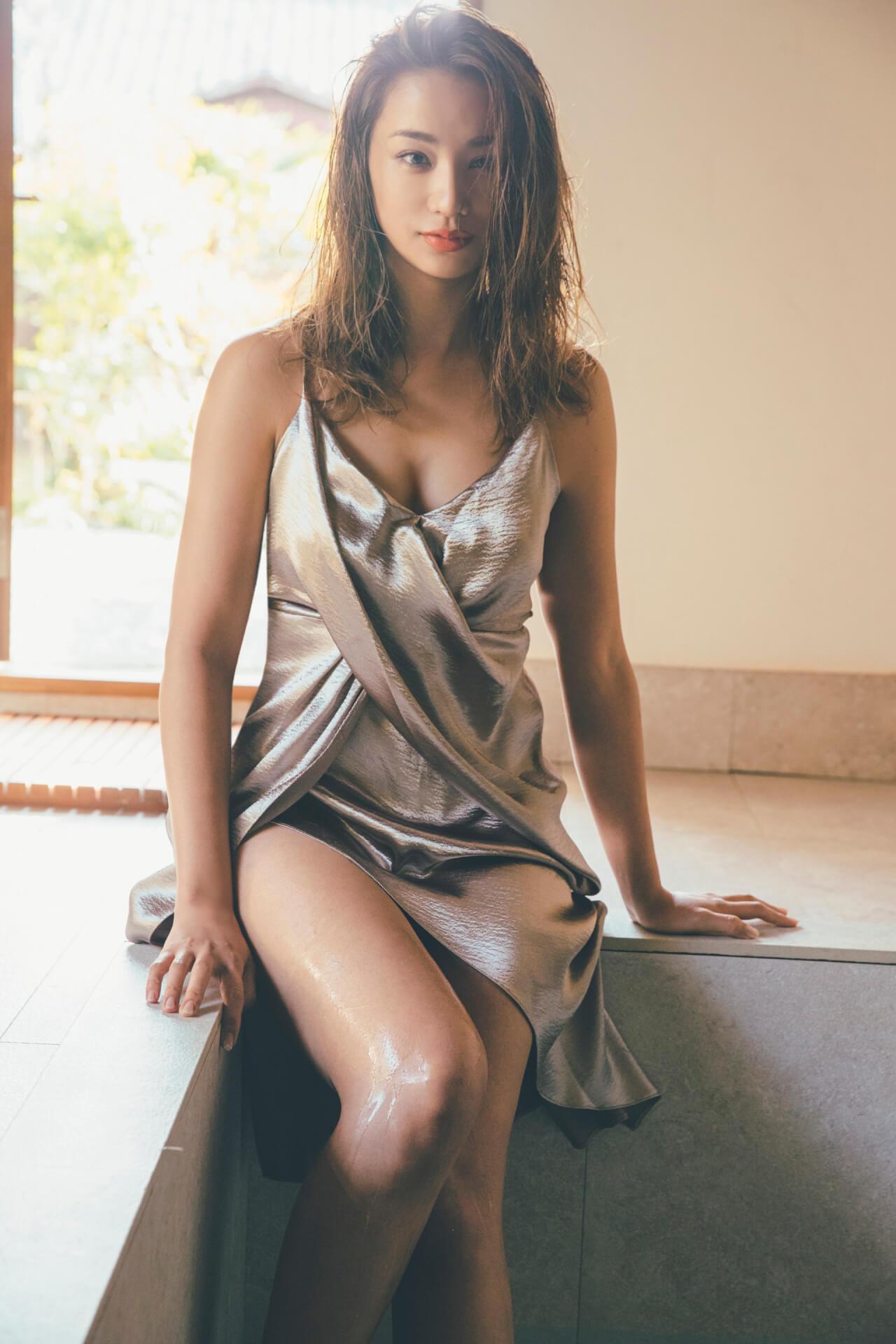 高橋メアリージュンが妖艶な生足で魅せる!『FLASH』の表紙&巻頭グラビアに登場 art210406_flash_3