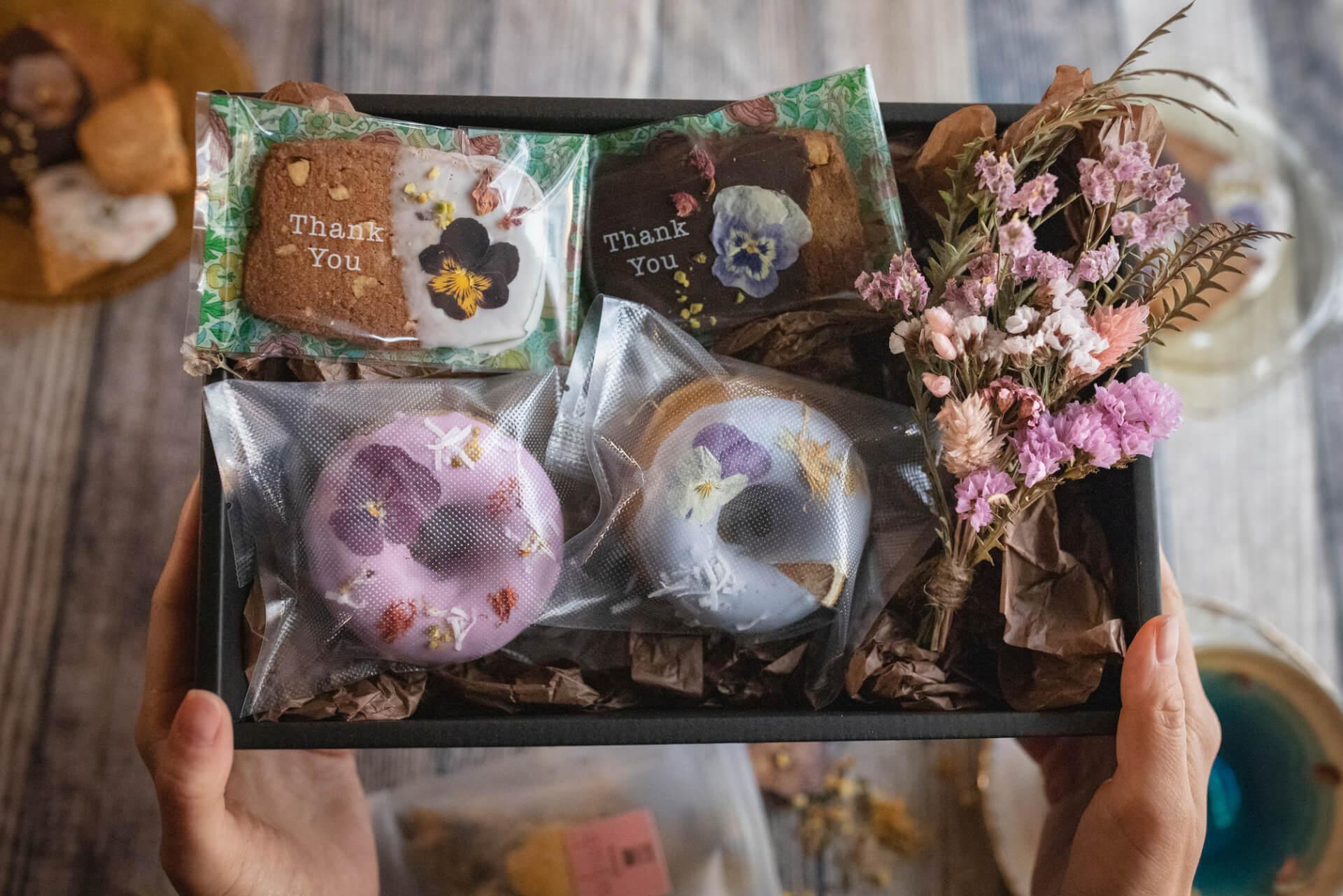 お花のクッキーが人気のgmgmで、ブーケ&お花のドーナツ付『母の日ギフトBOX』が予約受付開始! goulmet210408_gmgm_2