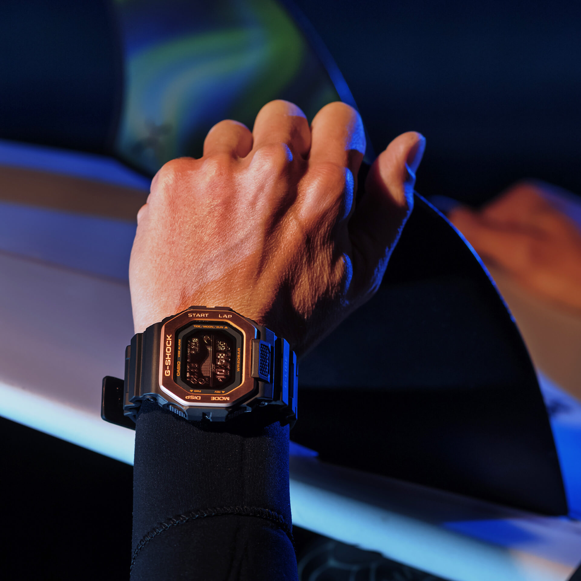 サーファーからの支持も得るG-SHOCK「G-LIDE」にナイトサーフィン向けの新色が登場!スマホと連携可能な人気モデル tech210415_gshock_glide_2