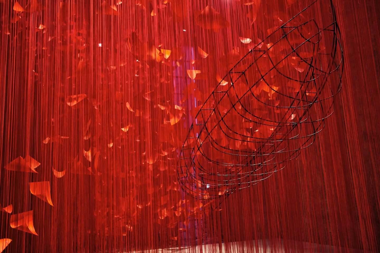 赤の世界に願いを乗せて。塩田千春「I Hope...」展  column210329_kana-miyazawa-06-1440x960