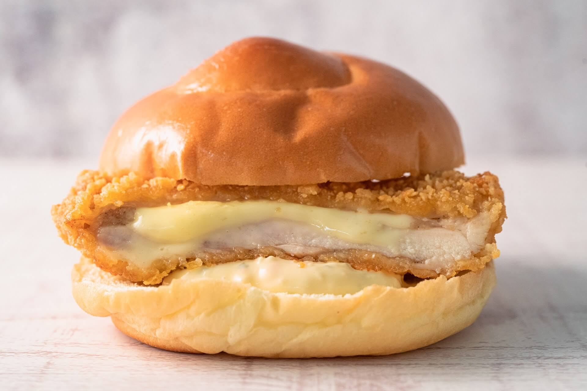 ファミマで大人気の「チーズインファミチキ」が美味しくなって復活!タルタルソース入りの「ふわふわファミチキバンズ」も発売決定 gourmet210510_familymart_chicken_4