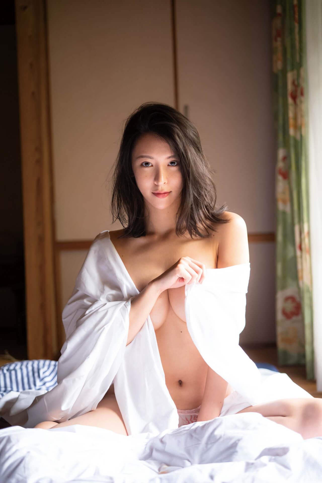 """""""いま最も写真集が売れる""""と話題の奈月セナが限界露出に挑戦した裸身を披露!新写真集『たまゆら』の発売が決定 art210511_natsukisena_2"""