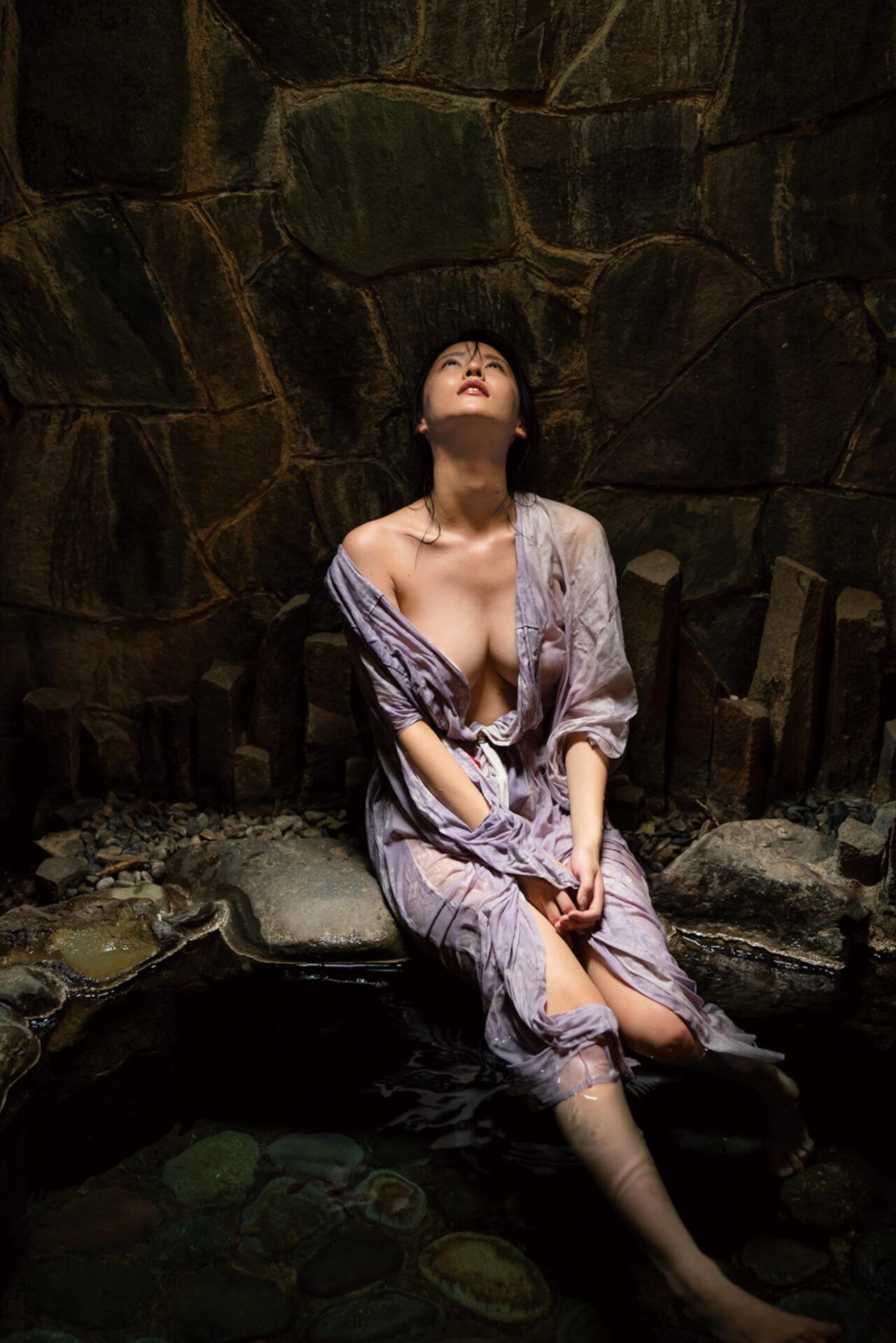 """""""いま最も写真集が売れる""""と話題の奈月セナが限界露出に挑戦した裸身を披露!新写真集『たまゆら』の発売が決定 art210511_natsukisena_3"""