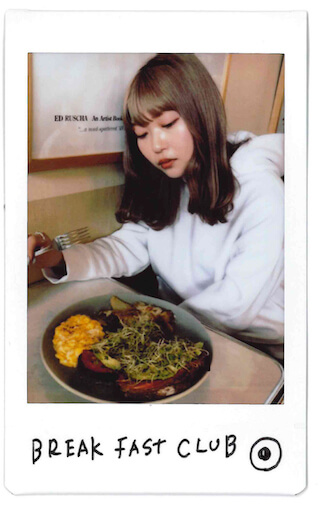 チェキをおウチでDIY「壁に貼る」/古関れん LifeFashion200528_cheki-kosekiren_2