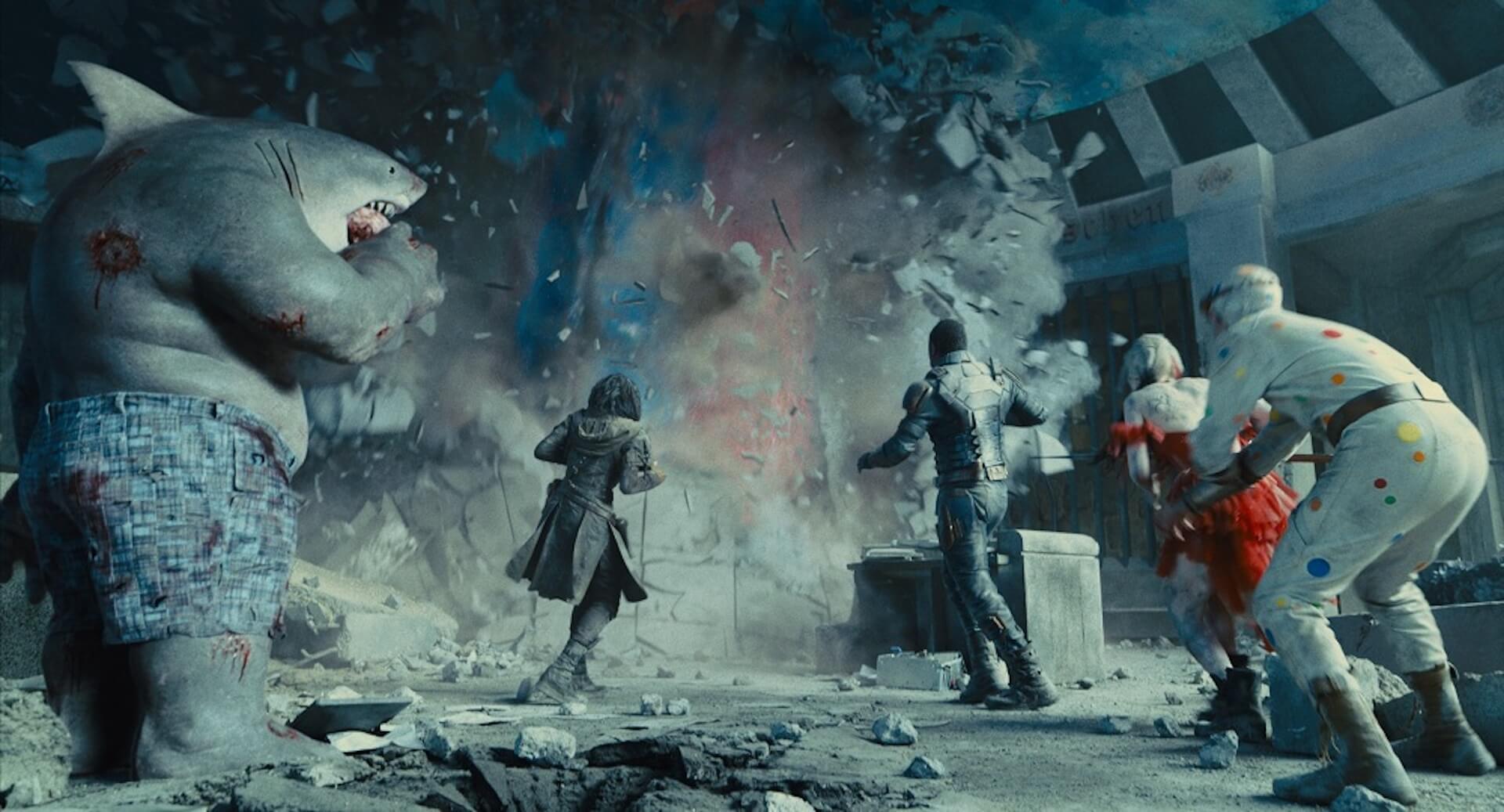 """ハーレイ・クイン、キング・シャークもカイジュウ登場に呆然!?『ザ・スーサイド・スクワッド """"極""""悪党、集結』の新場面写真が解禁 film210615_thesuicidesquad_4"""