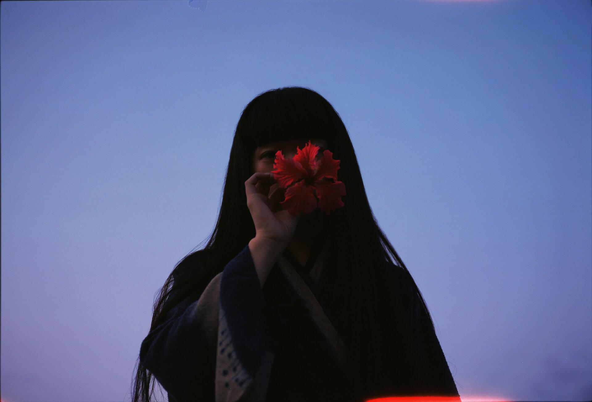 青葉市子のニューアルバム『アダンの風』収録3曲の弾き語りセルフカバーをパッケージしたシングル『Windswept Adan roots』が配信リリース! music210616_aobaichiko_4