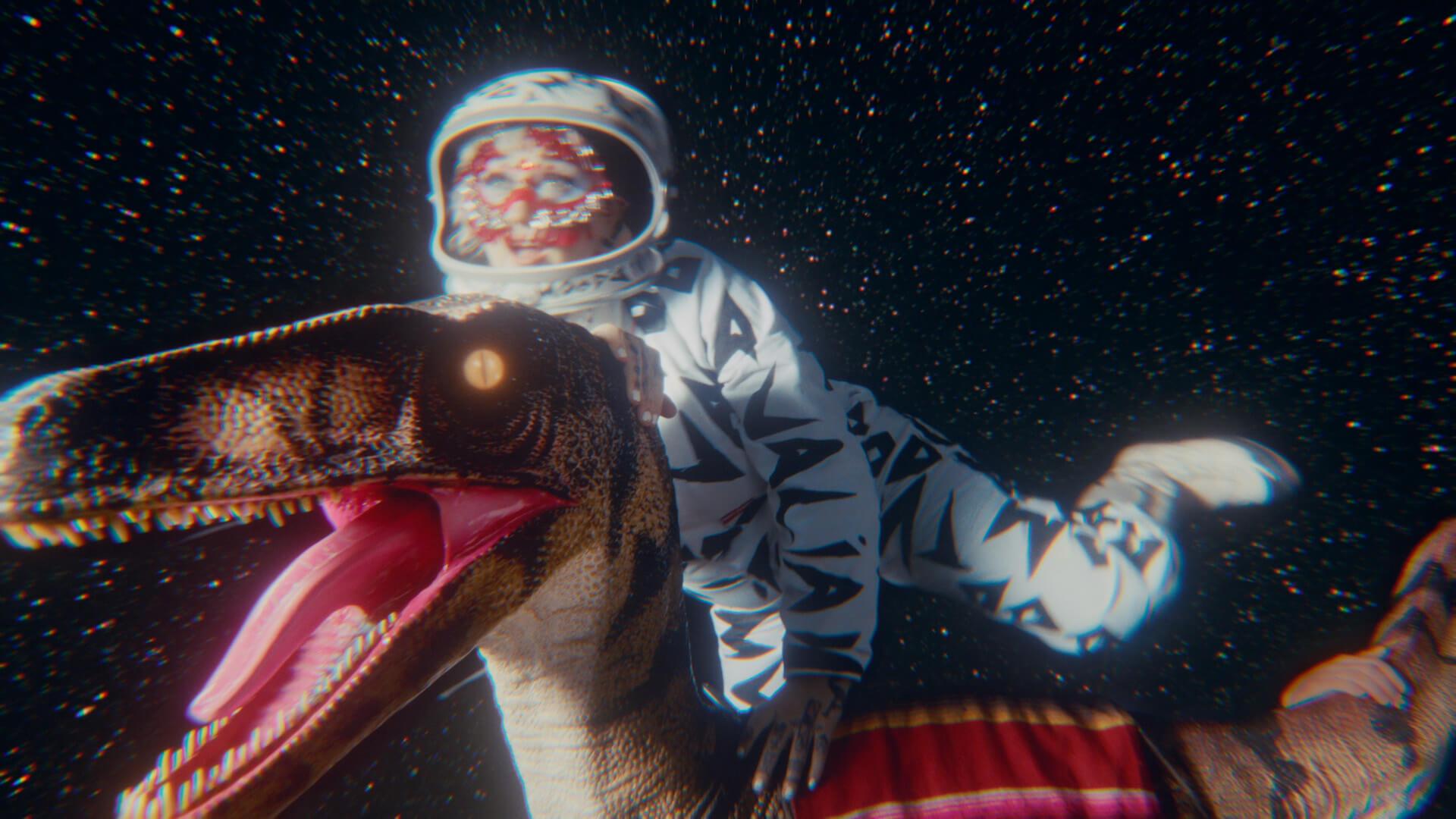 "Hiatus Kaiyote最新作『Mood Valiant』の先行配信曲""Get Sun(feat. Arthur Verocai)""のMVが公開! music210623_hiatuskaiyote_6"