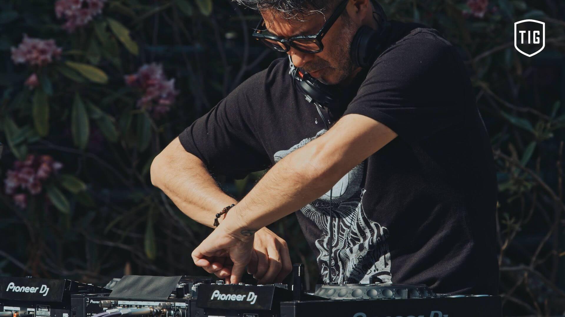 Tsuyoshi Suzukiが高野山金剛三昧院でDJを披露する「密教トランス」映像が公開 music210730-tsuyoshi-suzuki-6