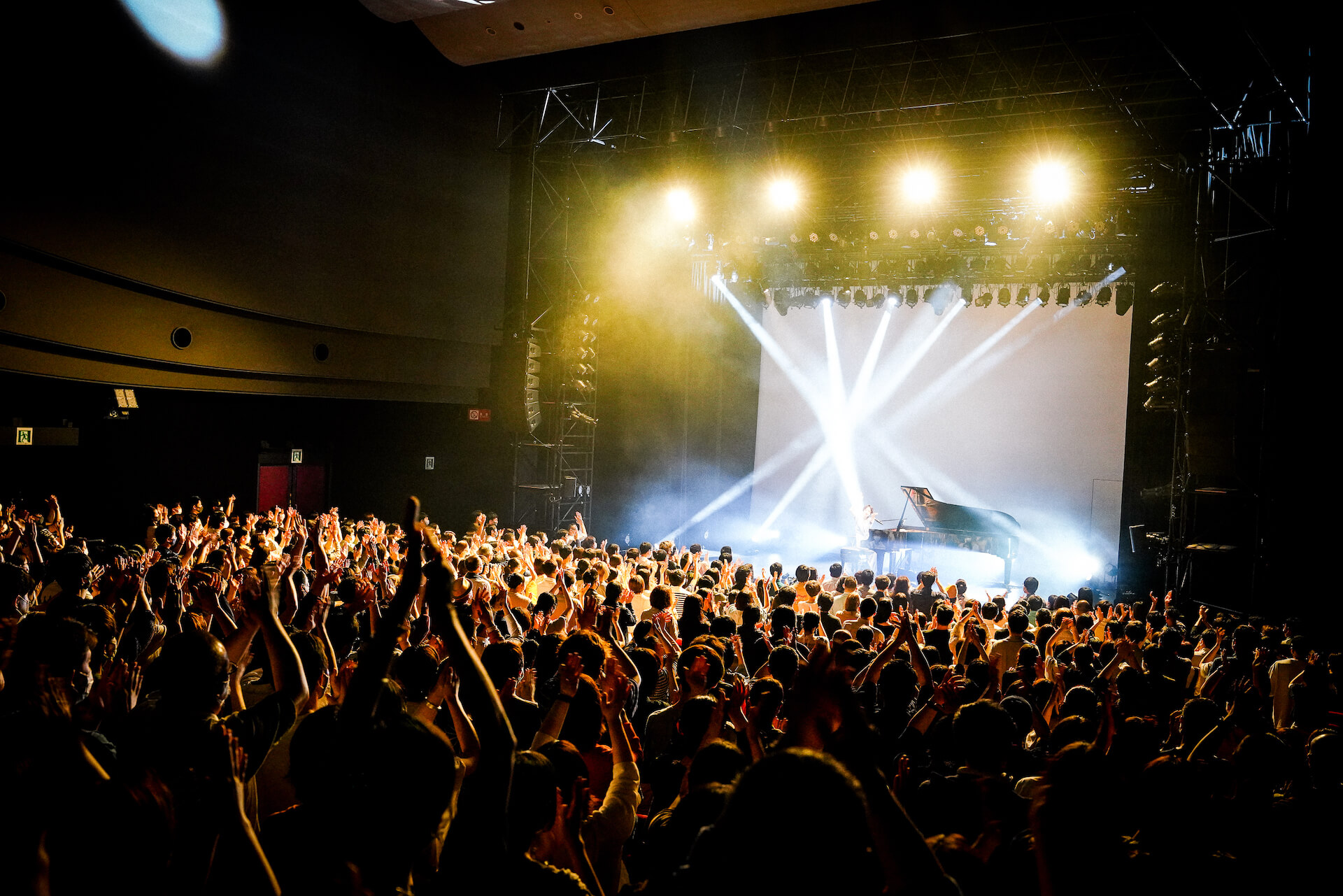 「また馬鹿な僕らで会おうぜ」━━日食なつこが1年4ヶ月ぶりの有観客ライブで魅せた<白亜>という新時代 column210712_nisshoku-natsuko-03