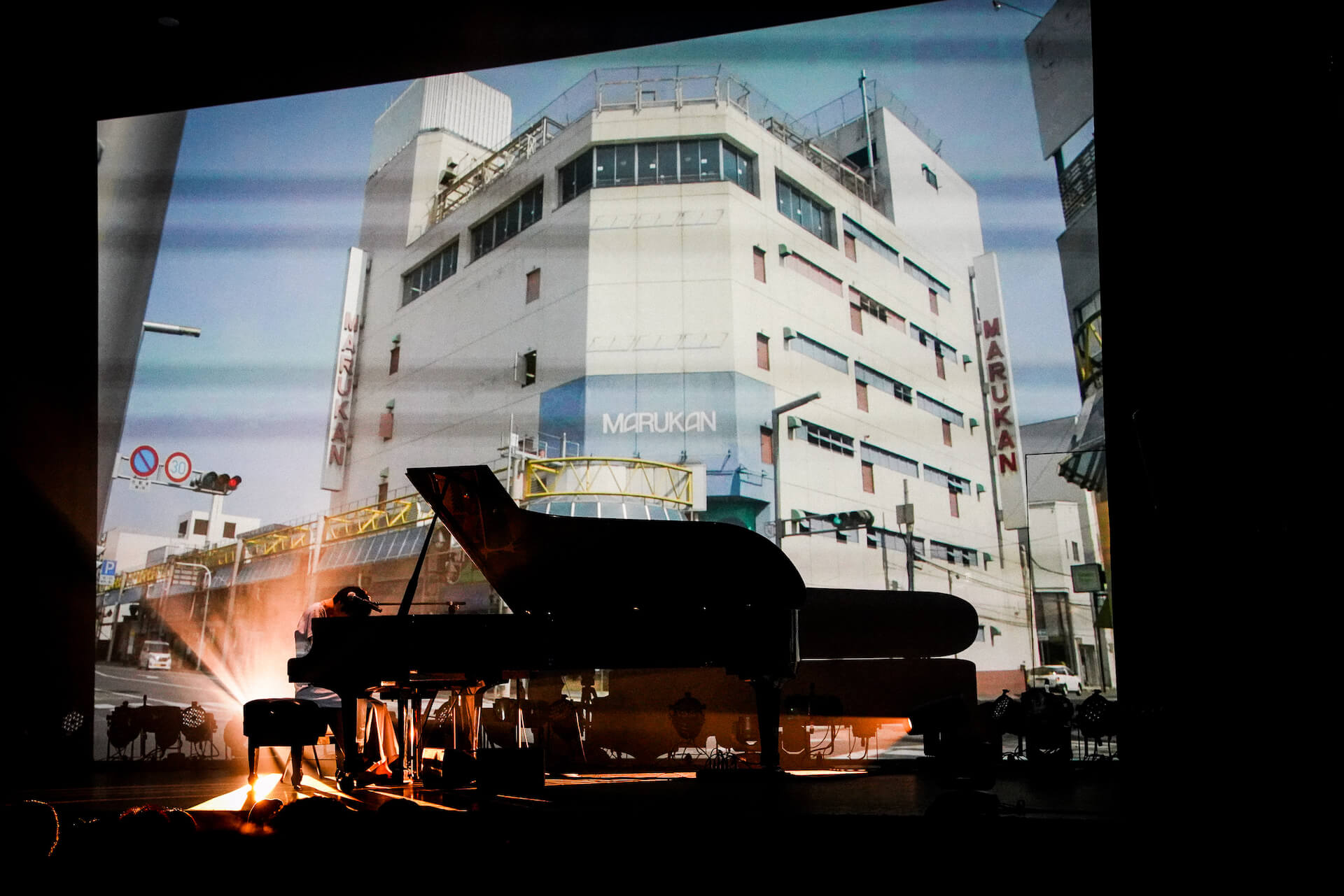 「また馬鹿な僕らで会おうぜ」━━日食なつこが1年4ヶ月ぶりの有観客ライブで魅せた<白亜>という新時代 column210712_nisshoku-natsuko-07