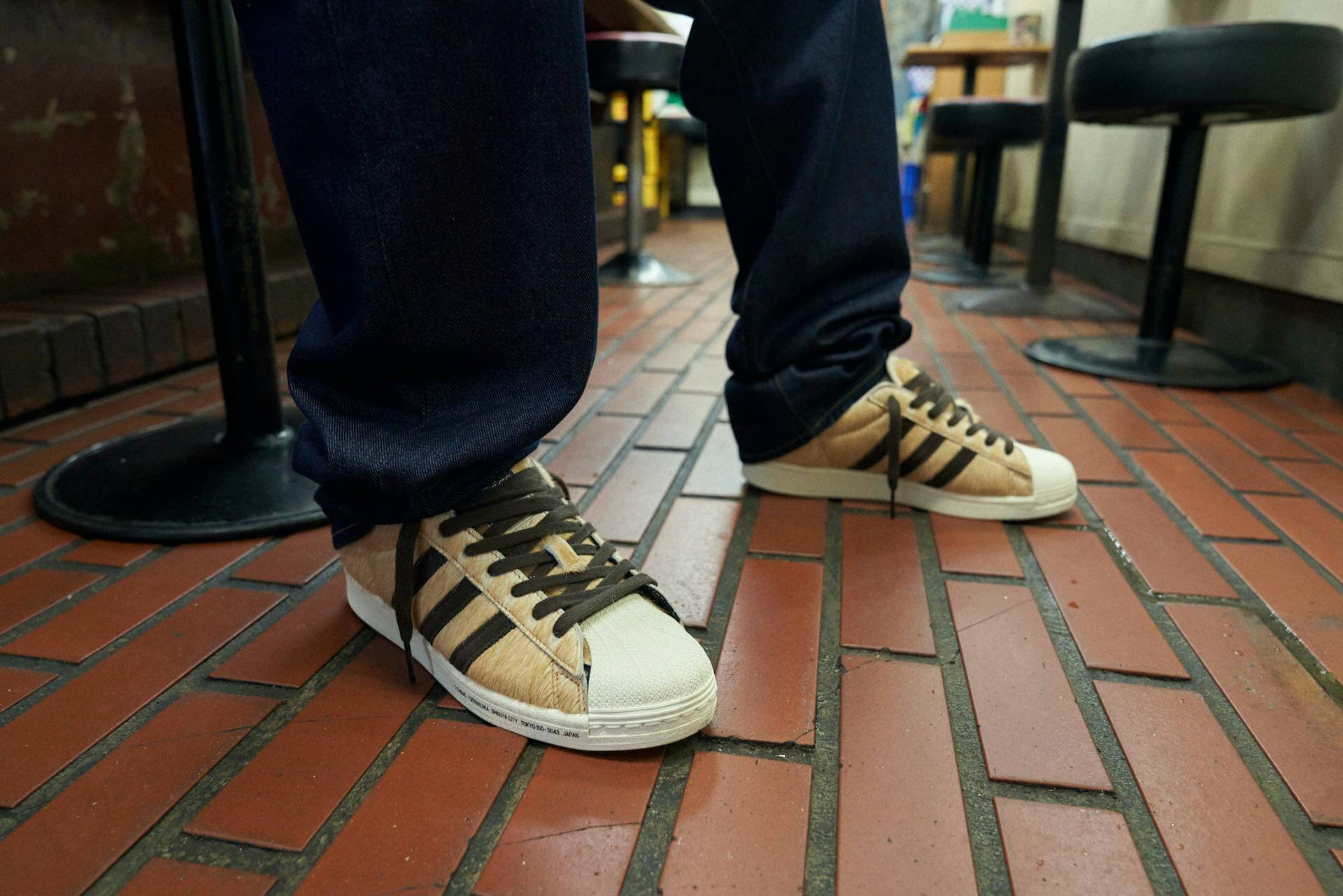 atmosとadidas Originalsがコラボ!渋谷のアイコンであるハチ公をモチーフにしたスニーカーが登場 life210913_adidas_shibuya_5