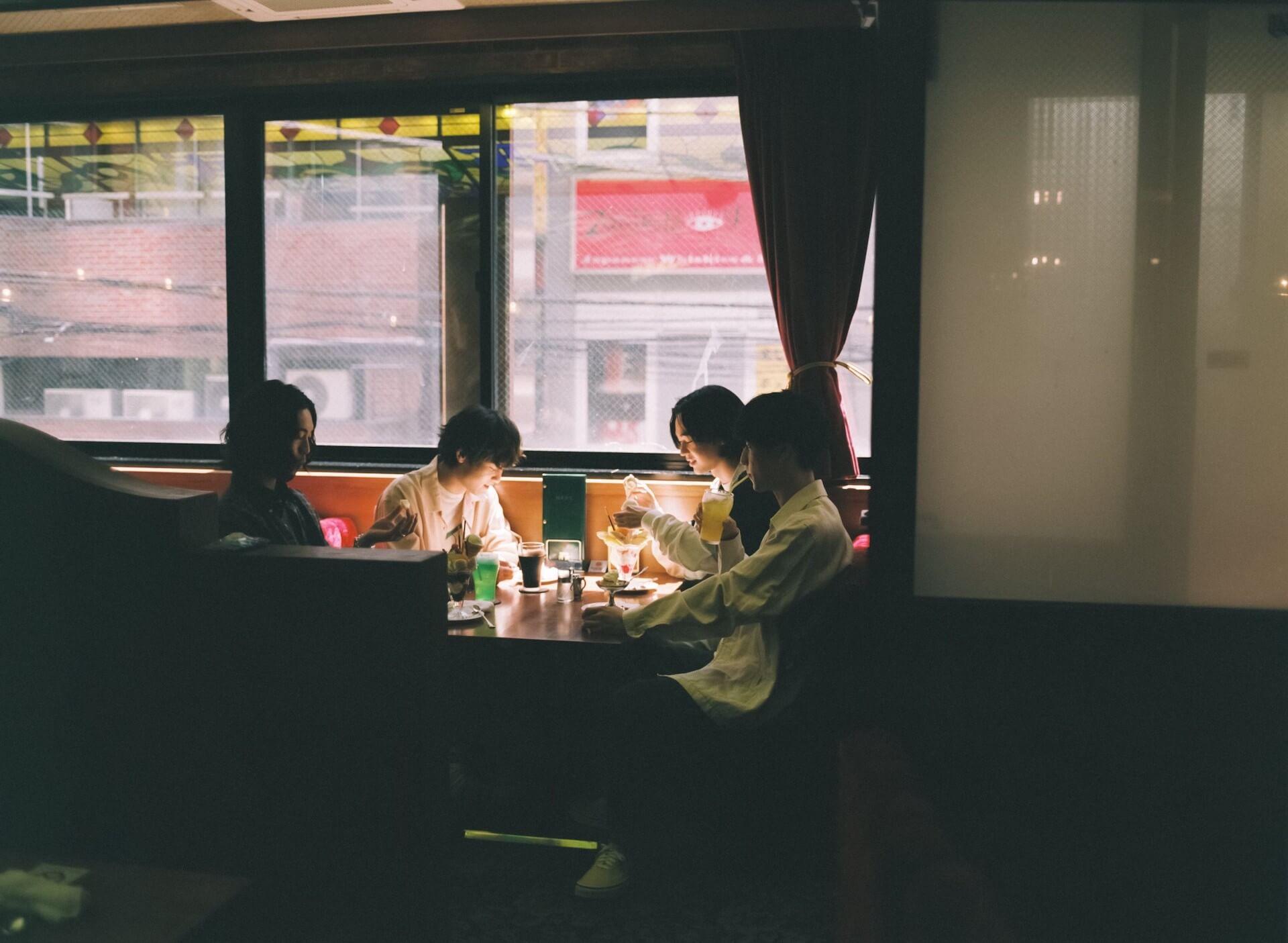 """対談:オレンジスパイニクラブが1stAL先行配信曲""""ガマズミ""""のMV監督・倉本雷大と語らう━━「生活の風景」を作品化すること music210913_orangespinycrab-main"""